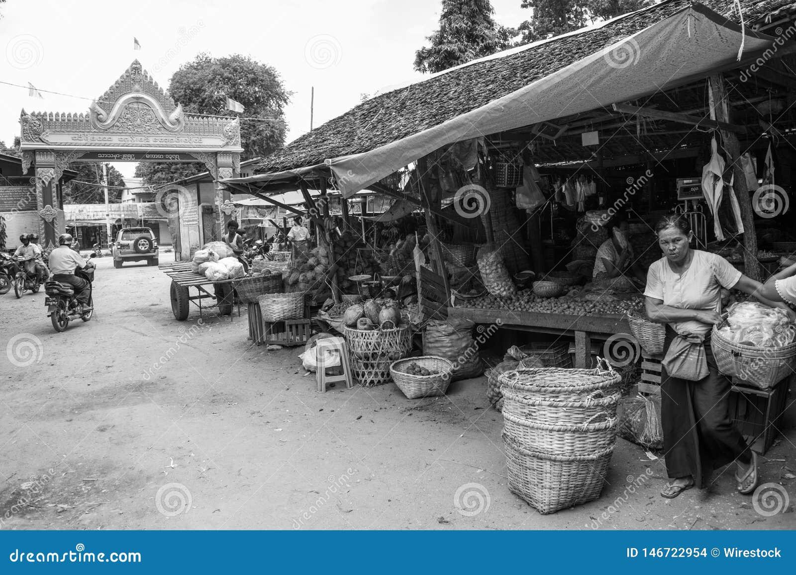 Den Burmese Nyaung-U marknaden, med stannar s?lja olika objekt, n?ra Bagan, Myanmar