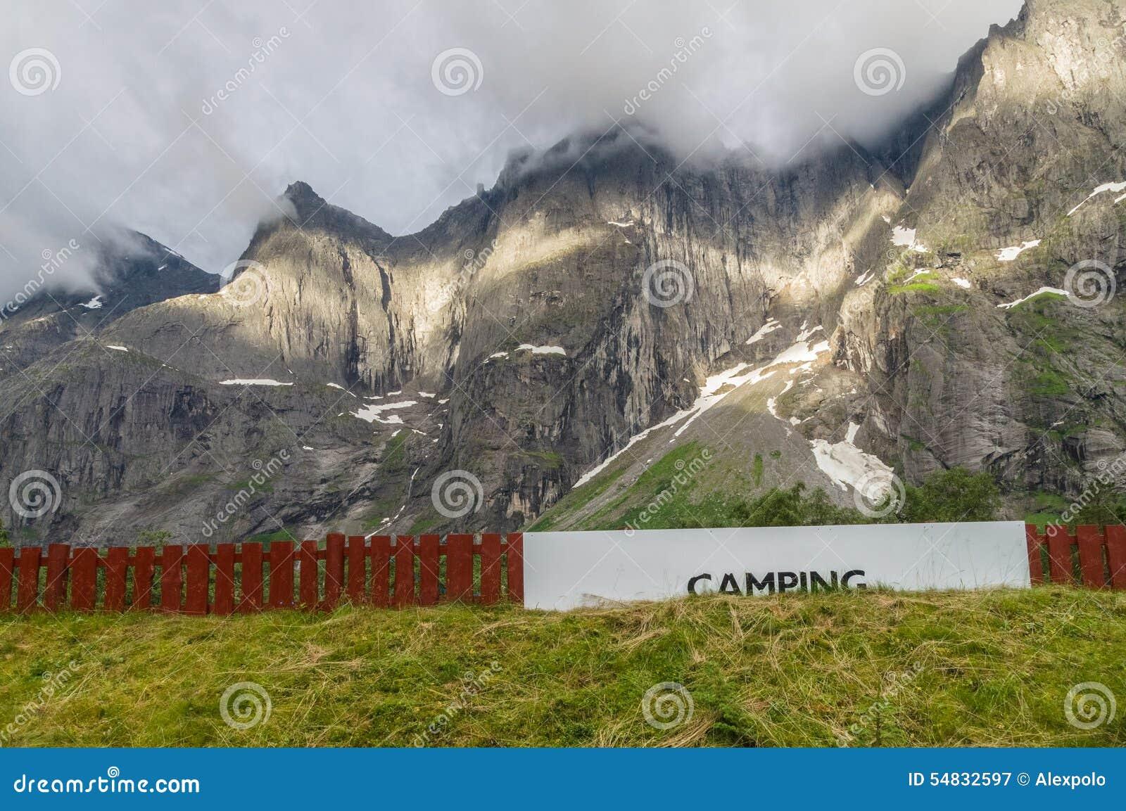 Den campa områdesskylten nära sockel av höjdpunkten vaggar