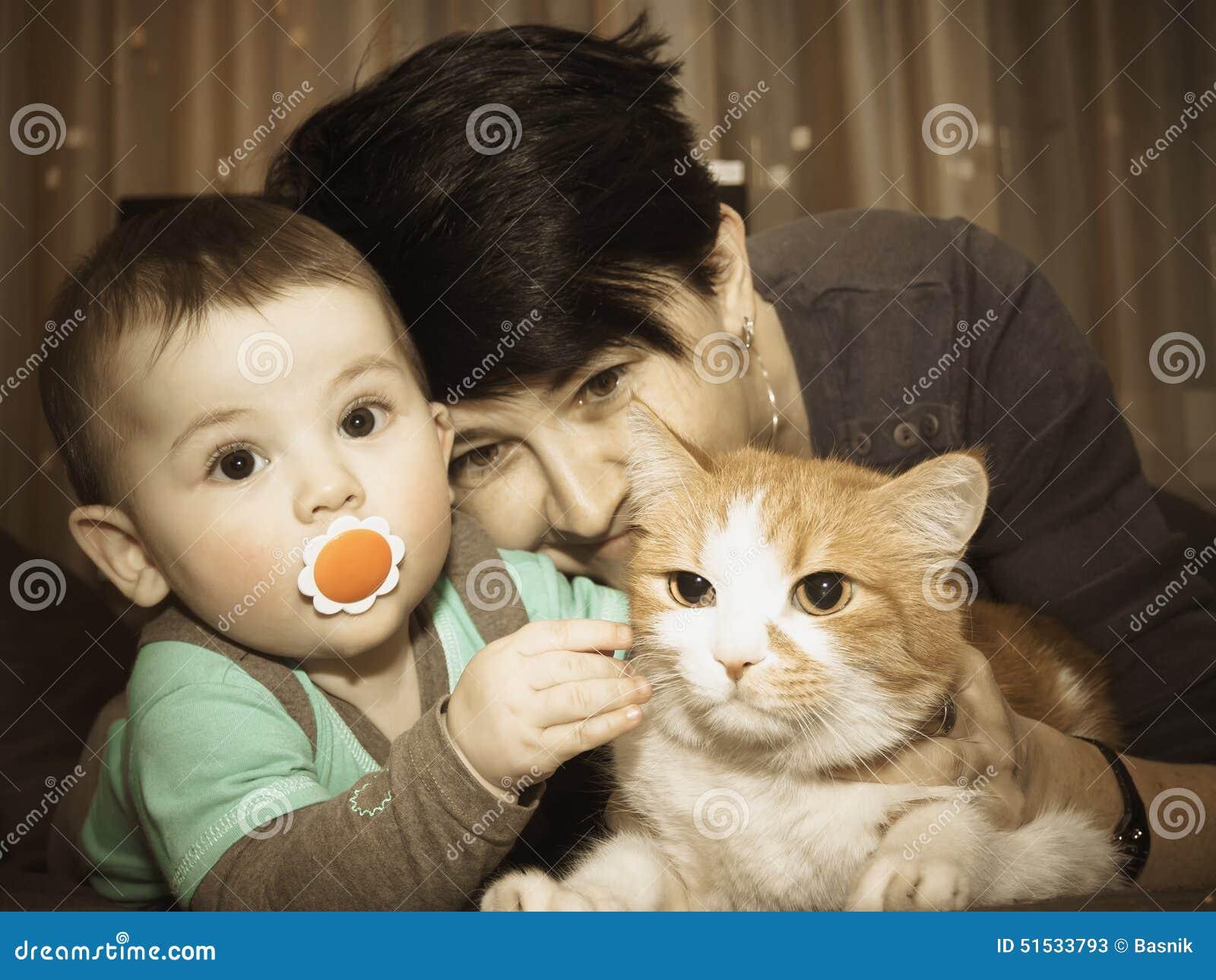 Den Caucasian familjmodern och behandla som ett barn att spela med katten