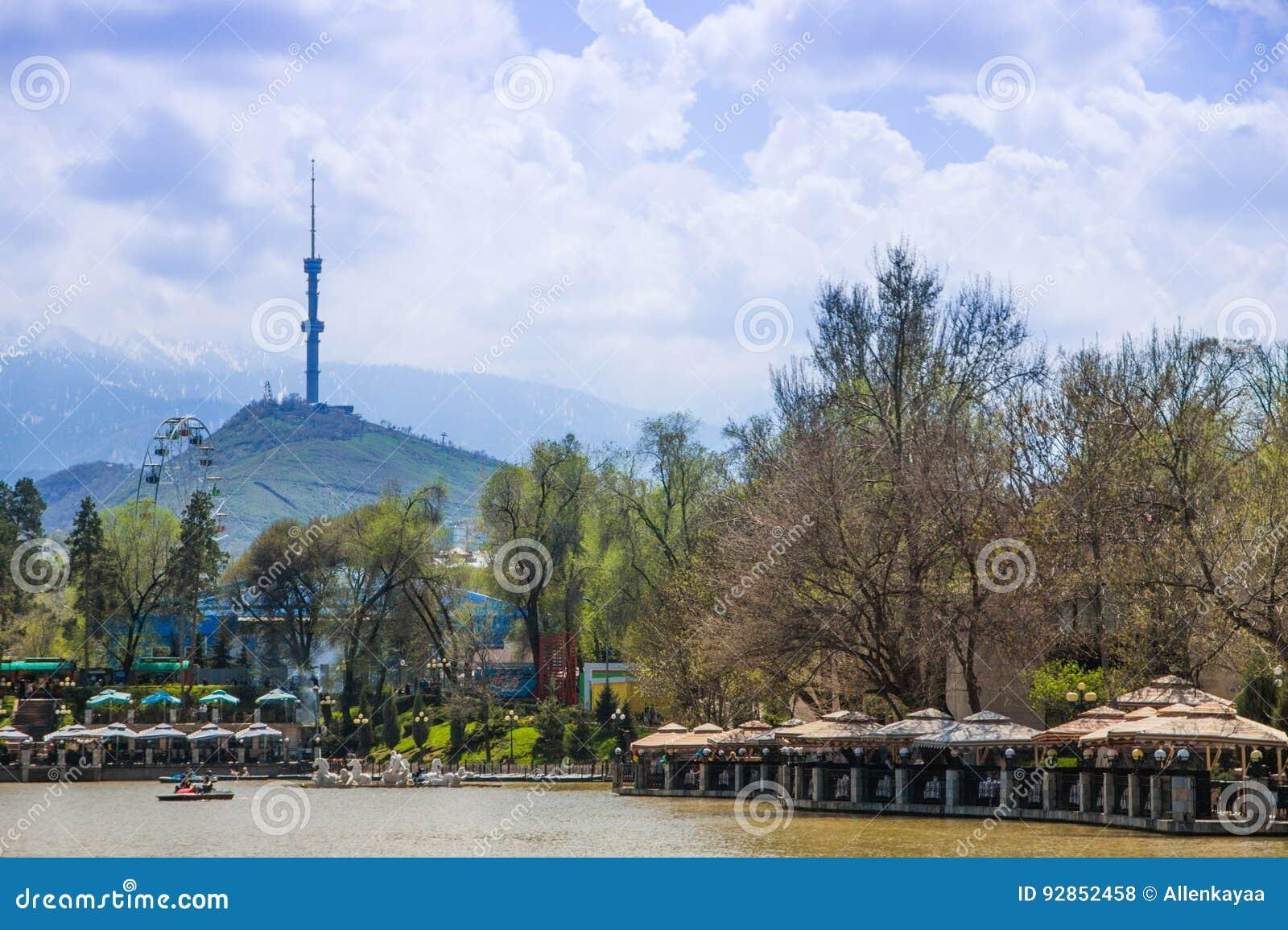 Den centrala staden parkerar, Almaty, Kasakhstan Sikt av sjön och Koken