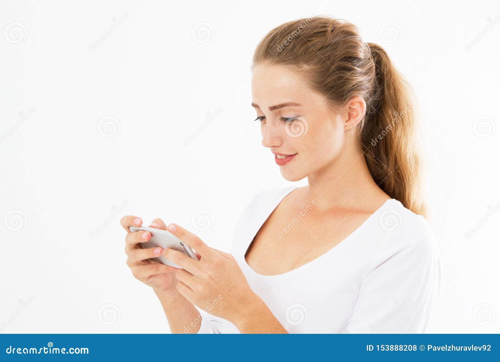 Den charmiga glade flickan ?r det l?s- angen?ma textmeddelandet p? mobiltelefonen fr?n hennes pojkv?n under hennes vilotid le