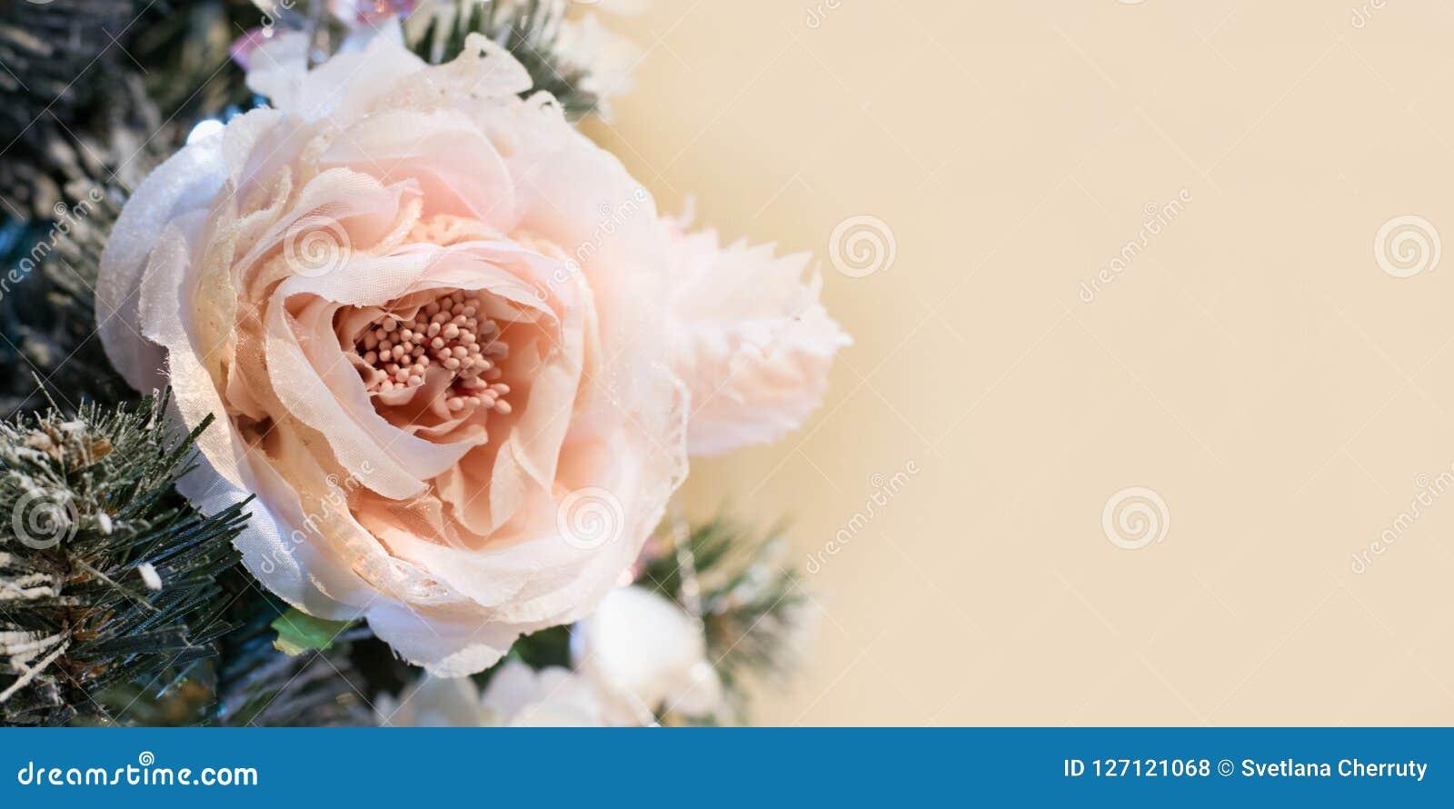 Den dekorerade julgranen blommar med kopieringsutrymme på suddig bokehbakgrund i inre close upp xmas