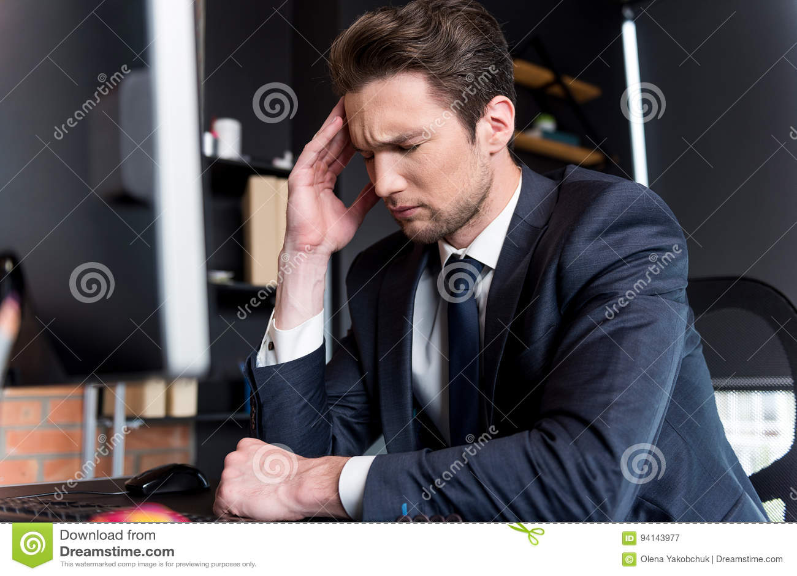 Den deprimerade unga mannen har huvudvärk