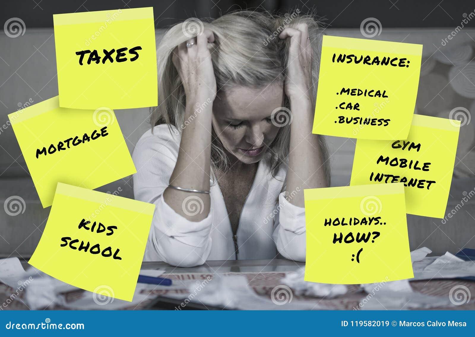 Den desperata och frustrerade blonda caucasian redovisningen för familjkvinnahemhjälp oroade om pengar betala skatter beräkna kos