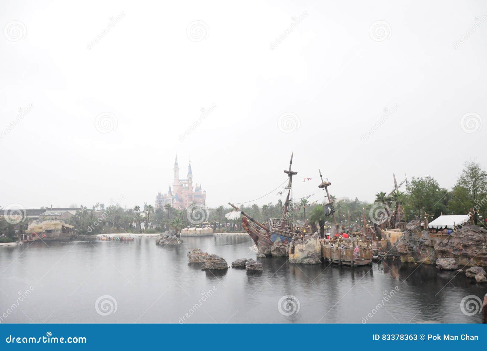 Den Disney slotten och piratkopierar av det karibiskt i Disneyland parkerar i Shanghai