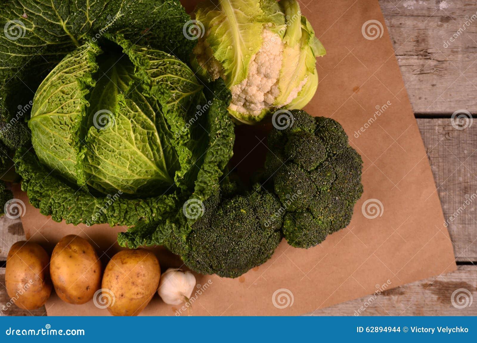 Den drog kål, blomkålen, broccoli och handen undertecknar ecoprodukten på svart
