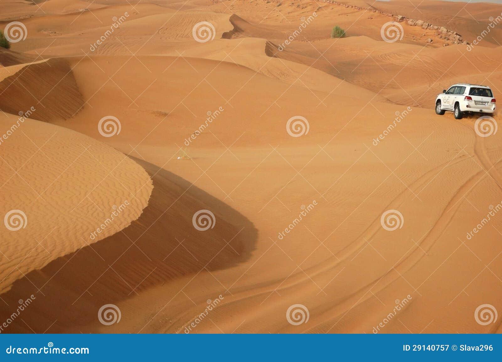 Den Dubai öknen snubblar i av-väg bil