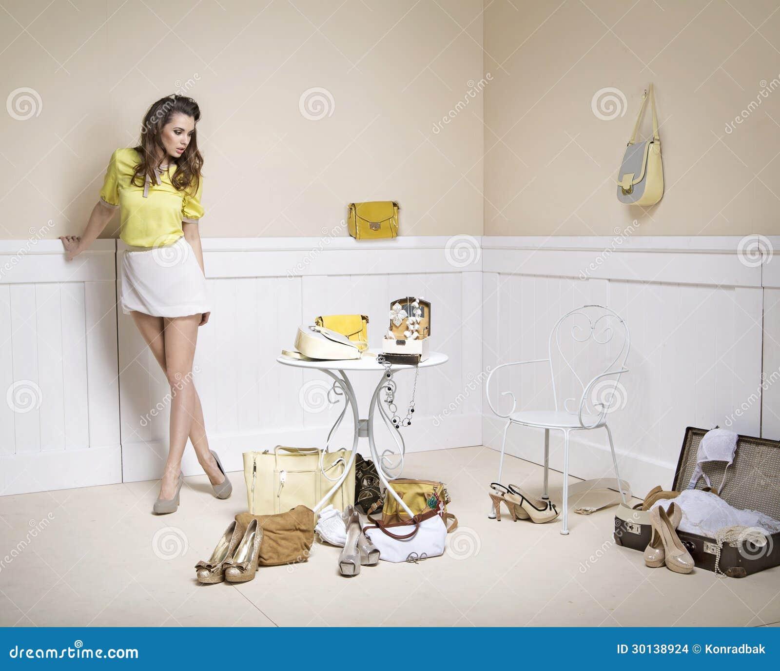 Den eleganta ladyen i ett rum av danar mycket tillbehör