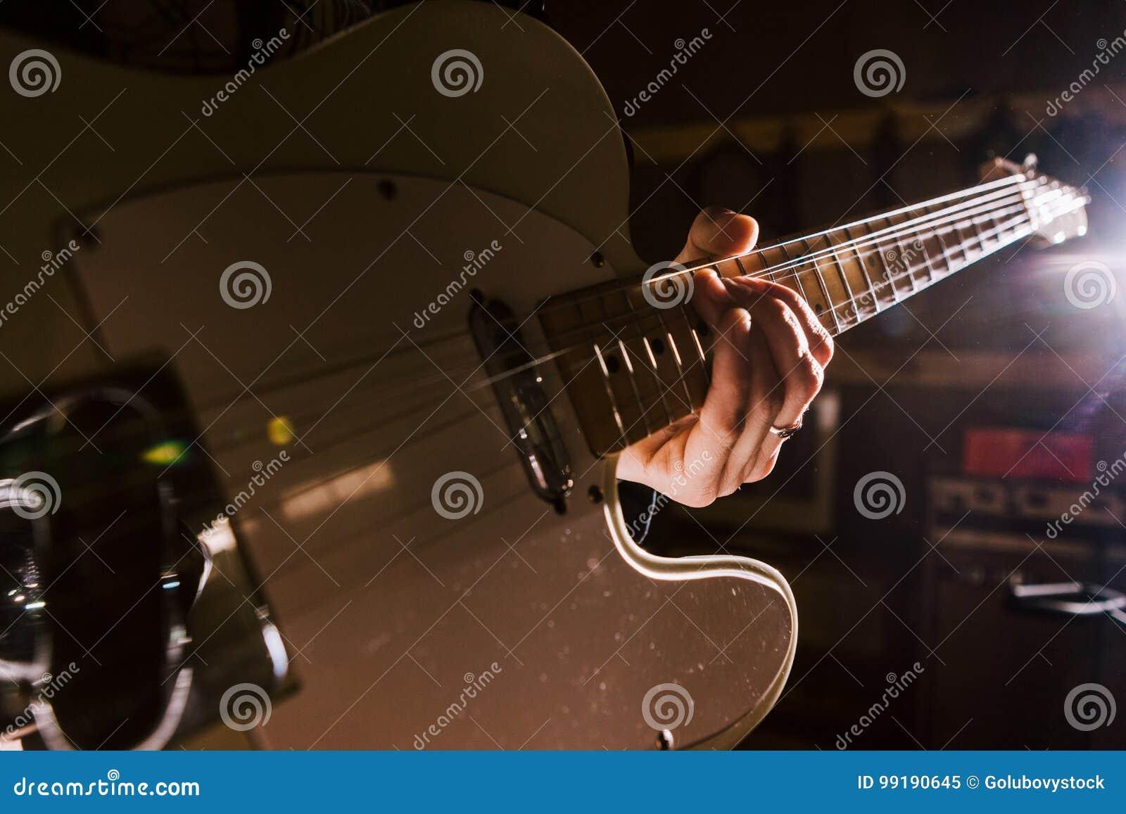 Den elektriska gitarren i gitarrist räcker closeupen
