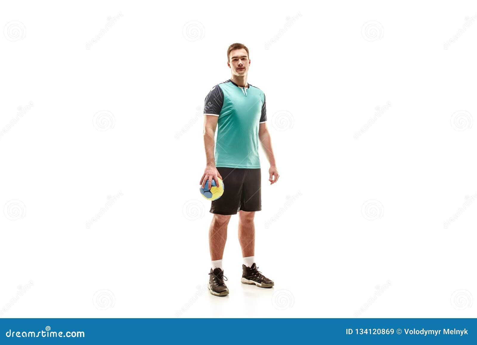 Den en caucasian unga mannen som handbollspelaren på studion på vit bakgrund
