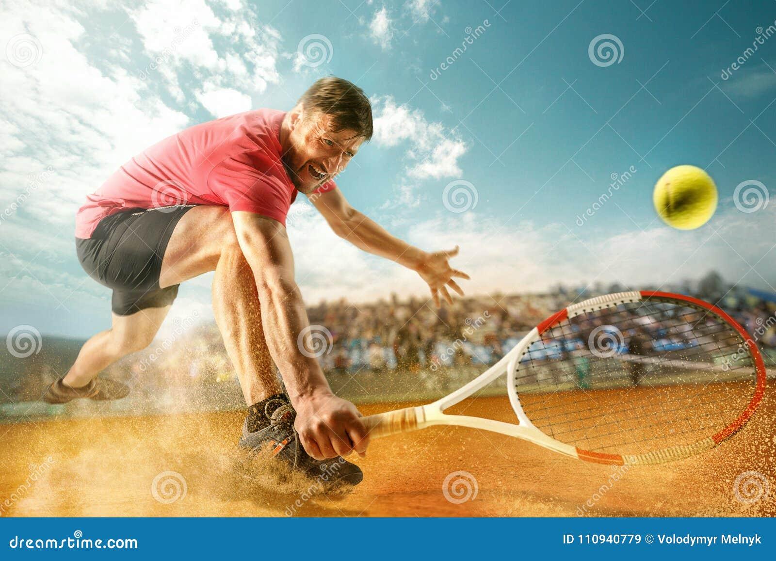 Den en hoppa spelaren, färdig man för caucasian som spelar tennis på den jord- domstolen med åskådare