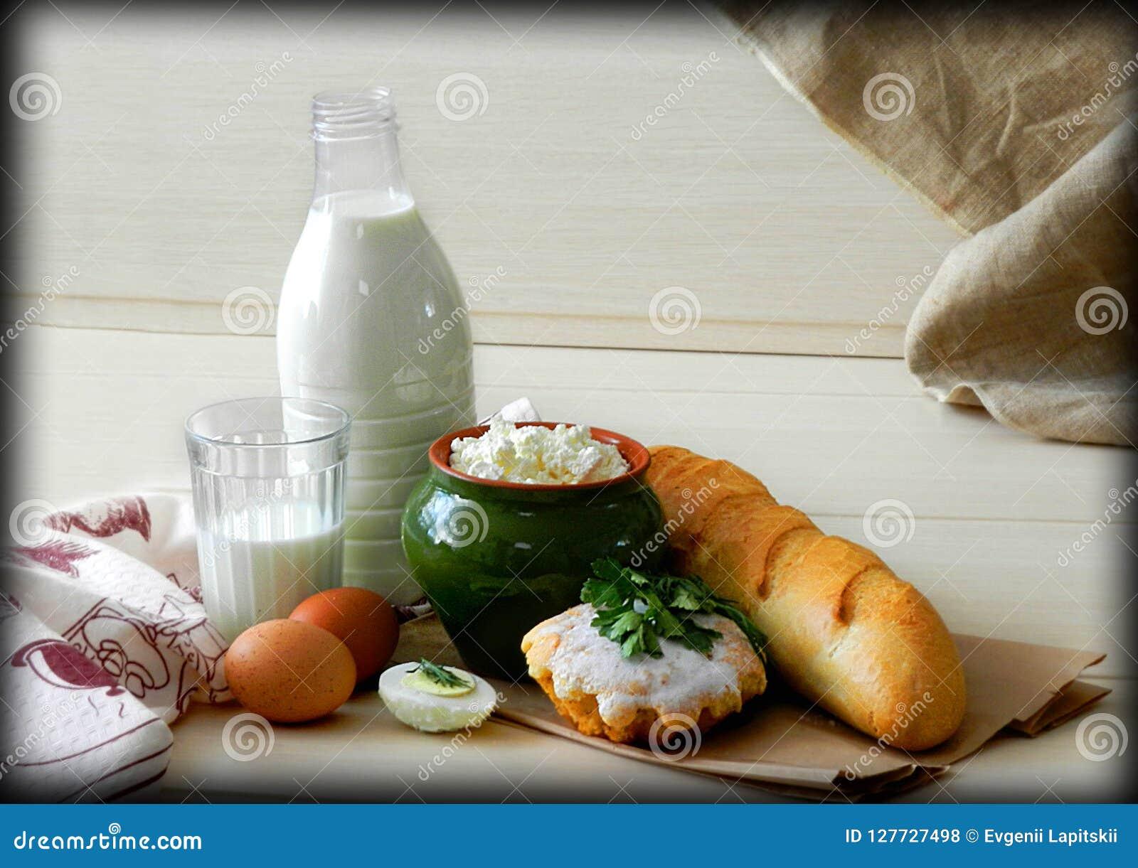 Den enkla byfrukosten med bröd och mjölkar