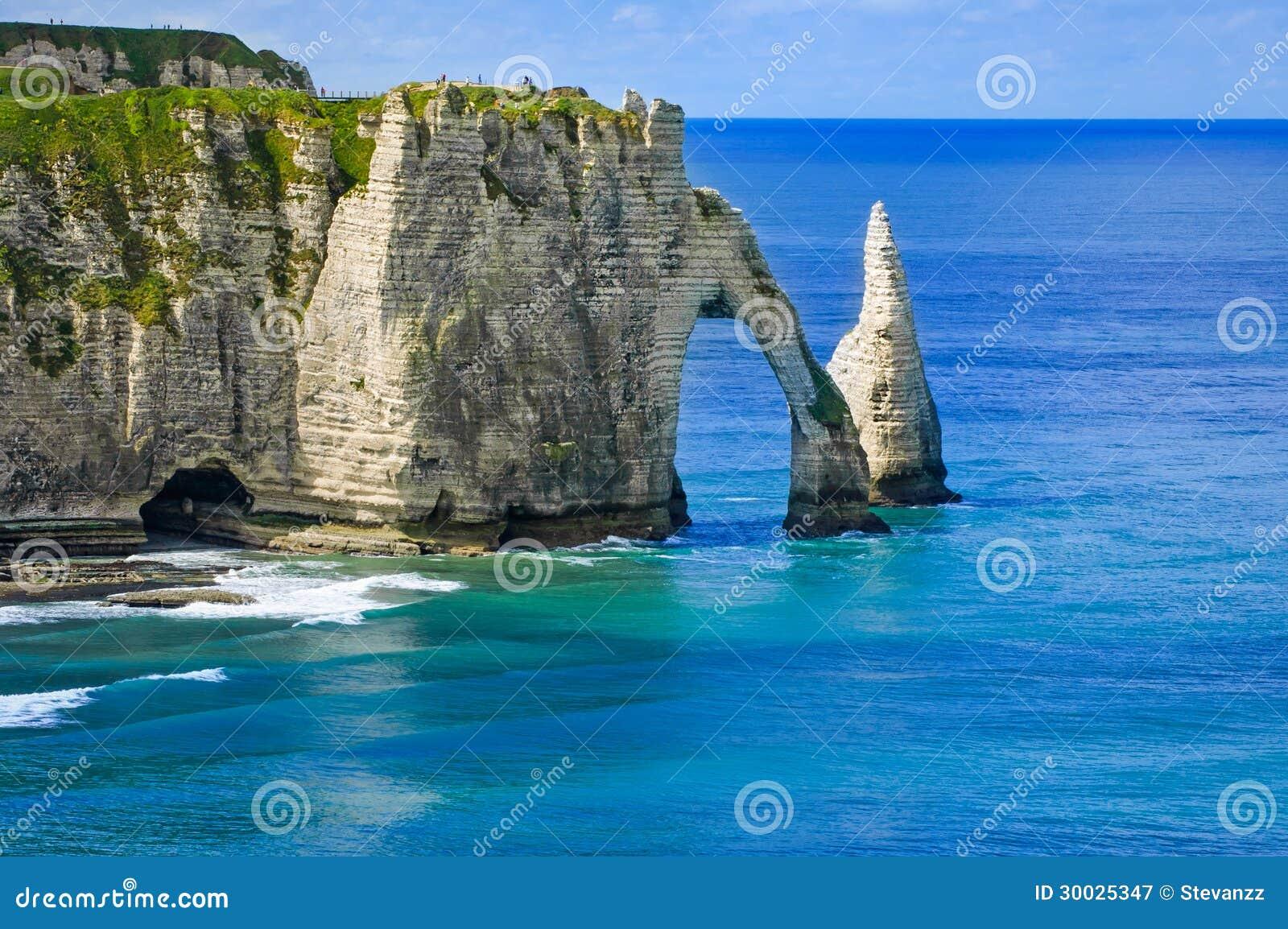 Den Etretat Aval klippan och vaggar landmark- och blåtthav. Normandy Frankrike.