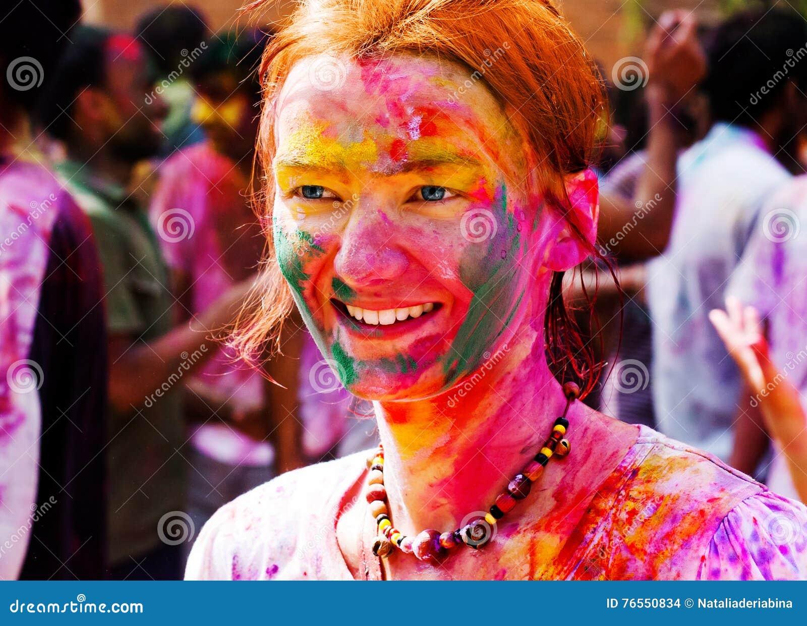 Den europeiska flickan firar festivalen Holi i Delhi, Indien