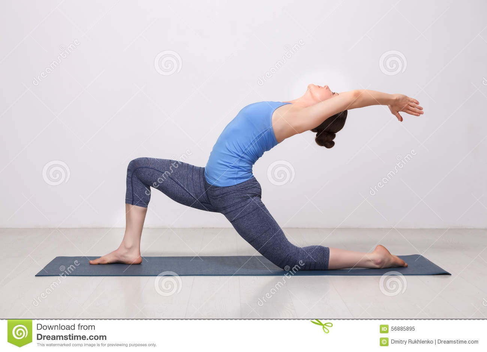 Den färdiga yoginikvinnan öva yogaasana