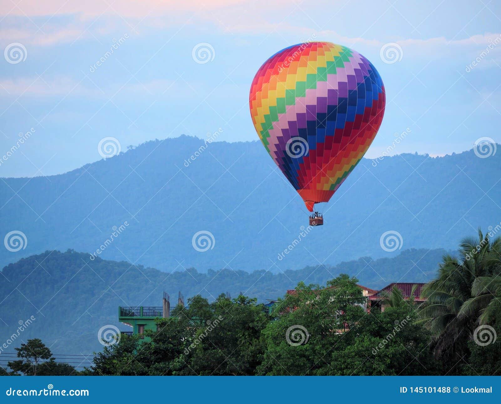 Den färgrika varmluftsballongen tar av och att lyfta