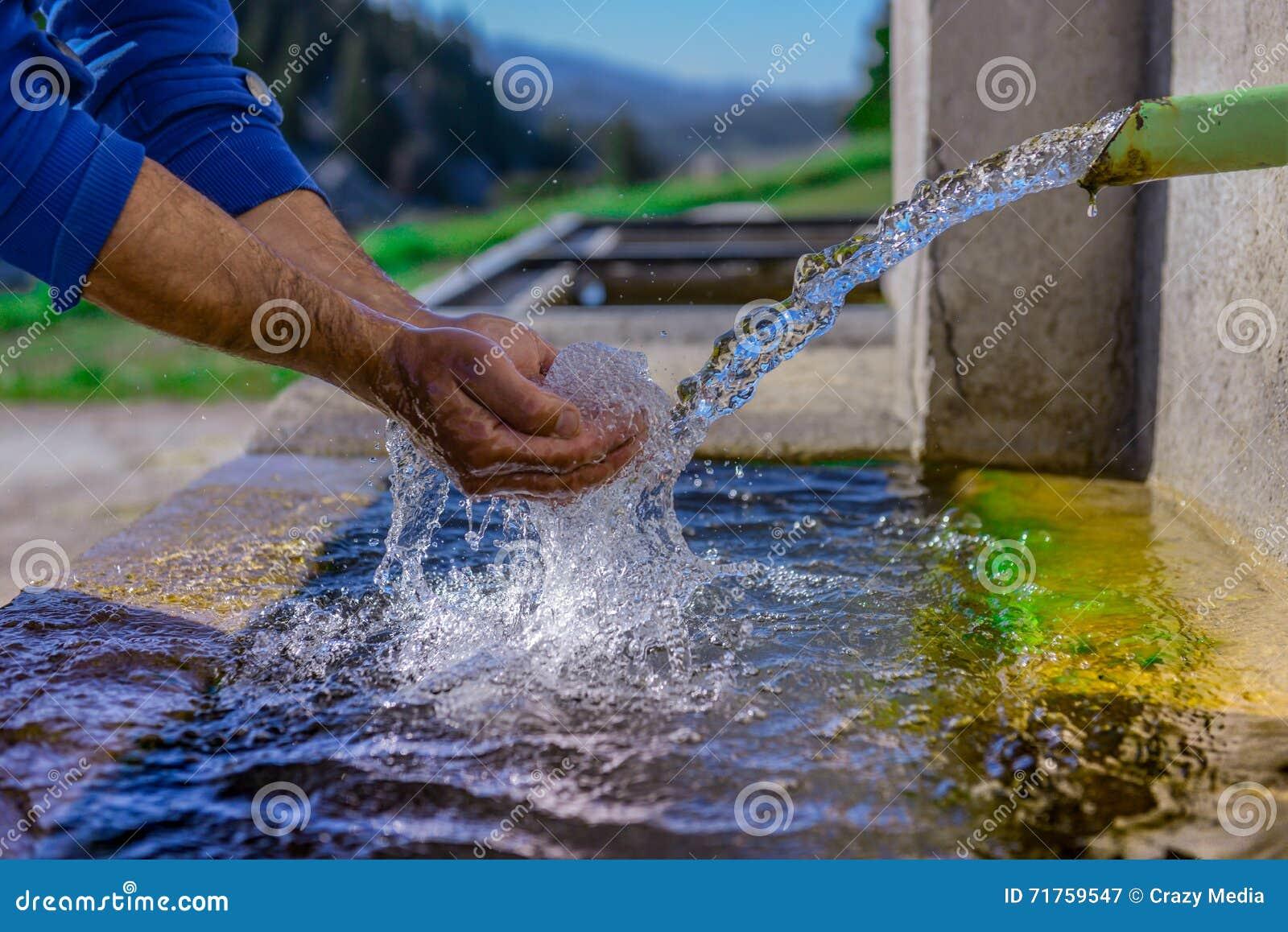 Den första källan är rent och rent drickbart vatten