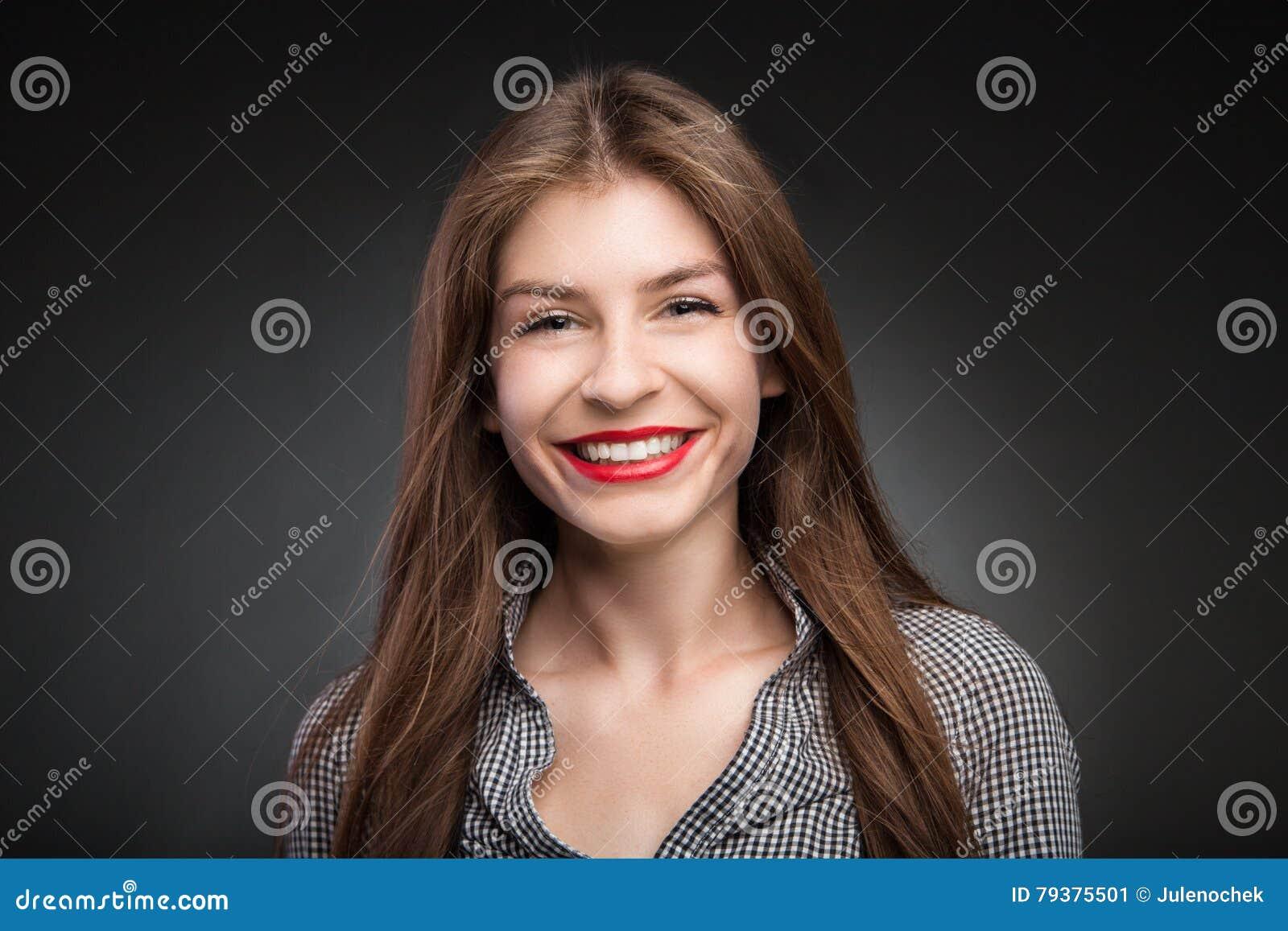 Den förtjusande flickan grinar