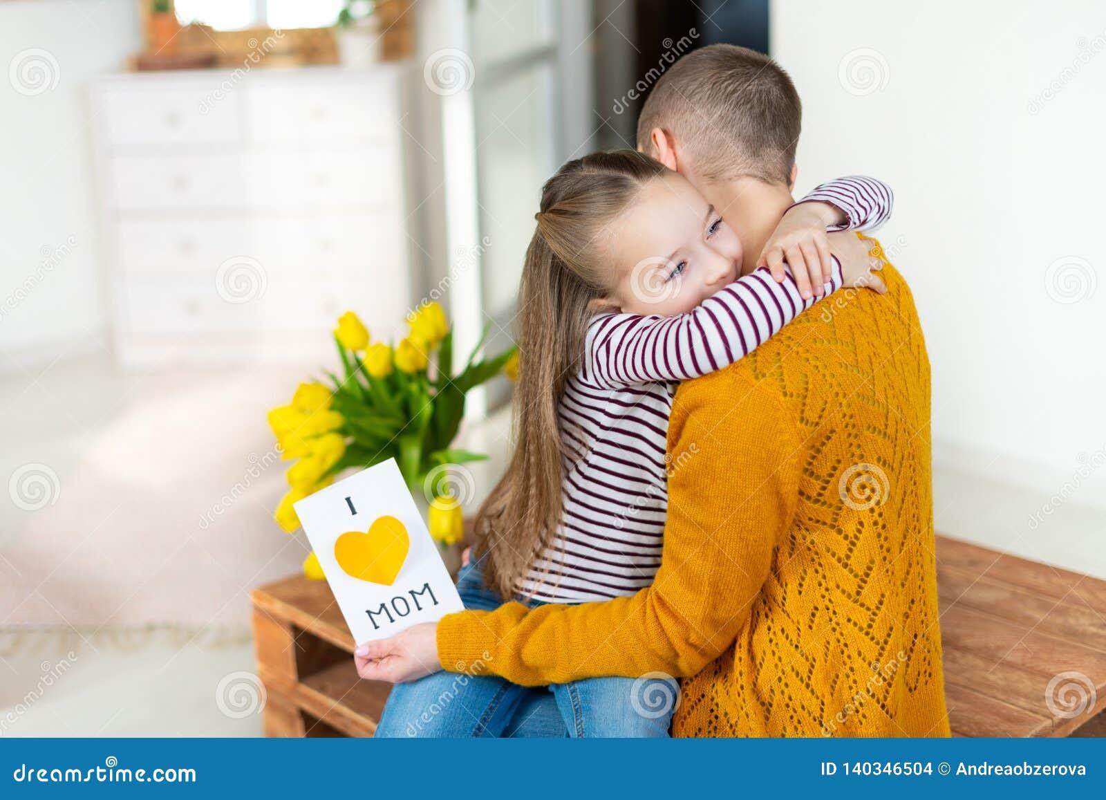 Den förtjusande unga flickan som ger hennes mamma, den unga cancerpatienten som är hemlagad ÄLSKAR JAG, MAMMAhälsningkortet bolts