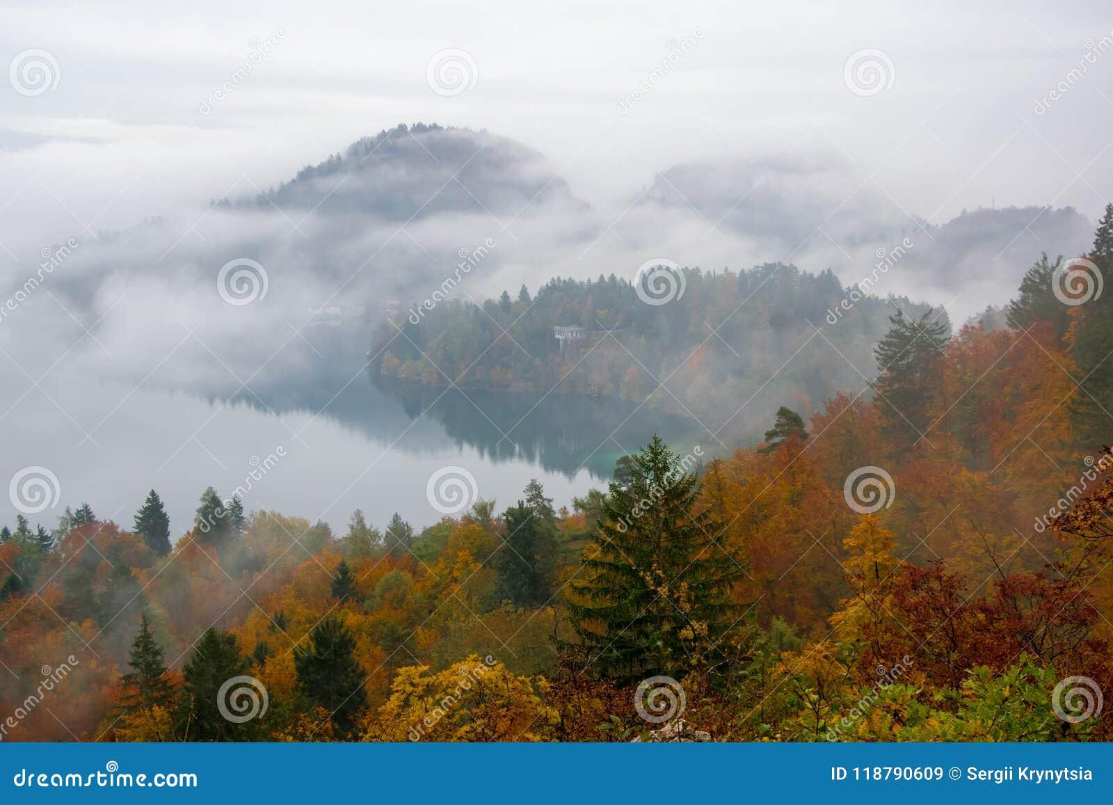 Den fantastiska sikten av sjön blödde på den dimmiga höstmorgonen