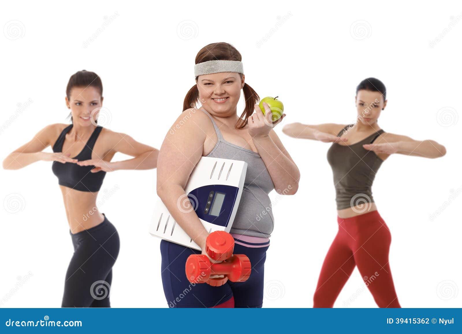 Den feta kvinnan bantar på göra konditionövning