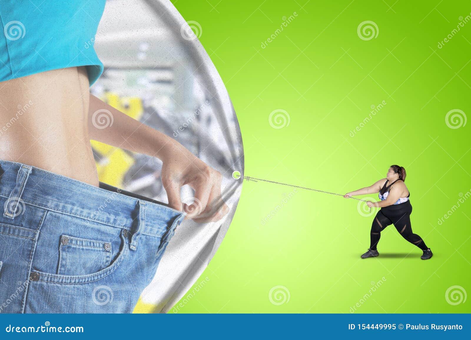 Den feta mannen drar ett baner med den slanka buken