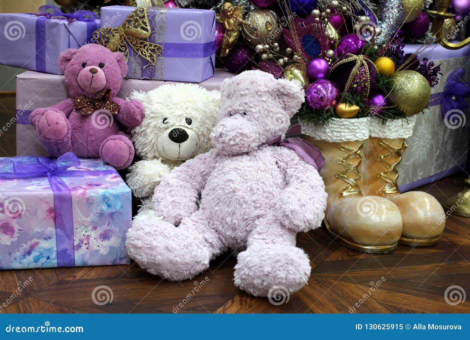 Den flotta leksaken uthärdar under julgranen med gåvor och förvånar