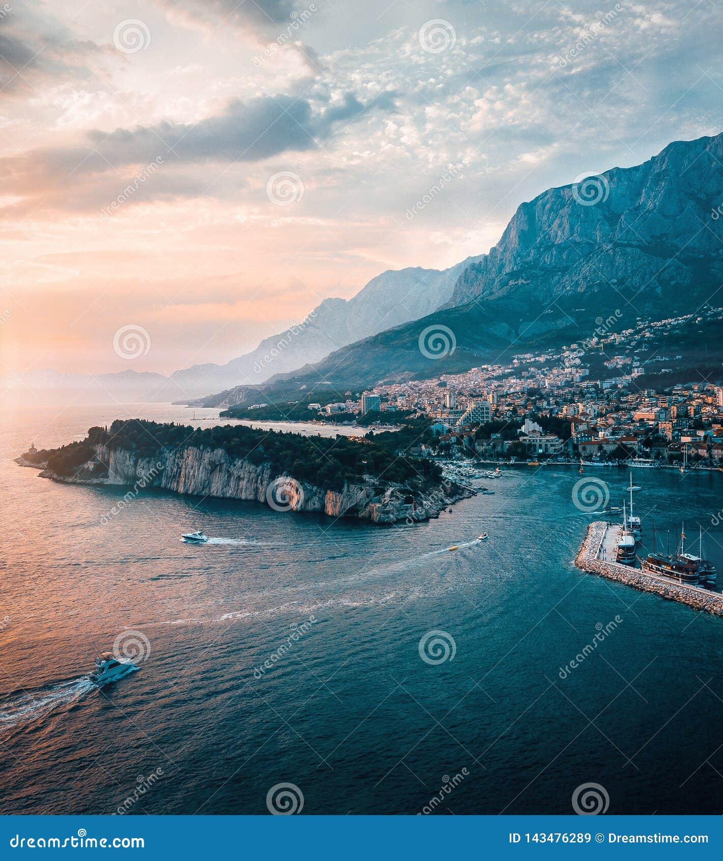 Den flyg- Kroatien beskådar av berg