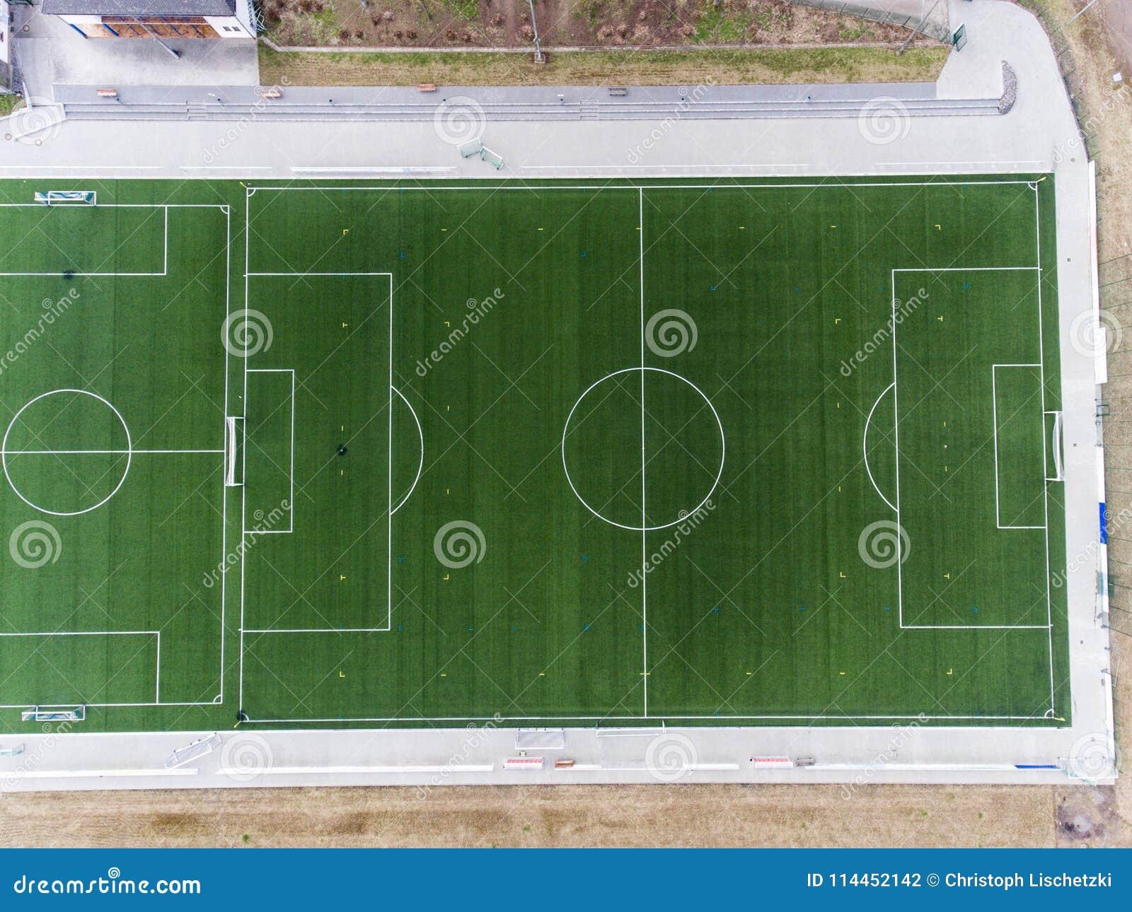 Den flyg- sikten av ett smal fält för sportfotbollfotboll i en by nära andernach koblenz neuwied i Tyskland