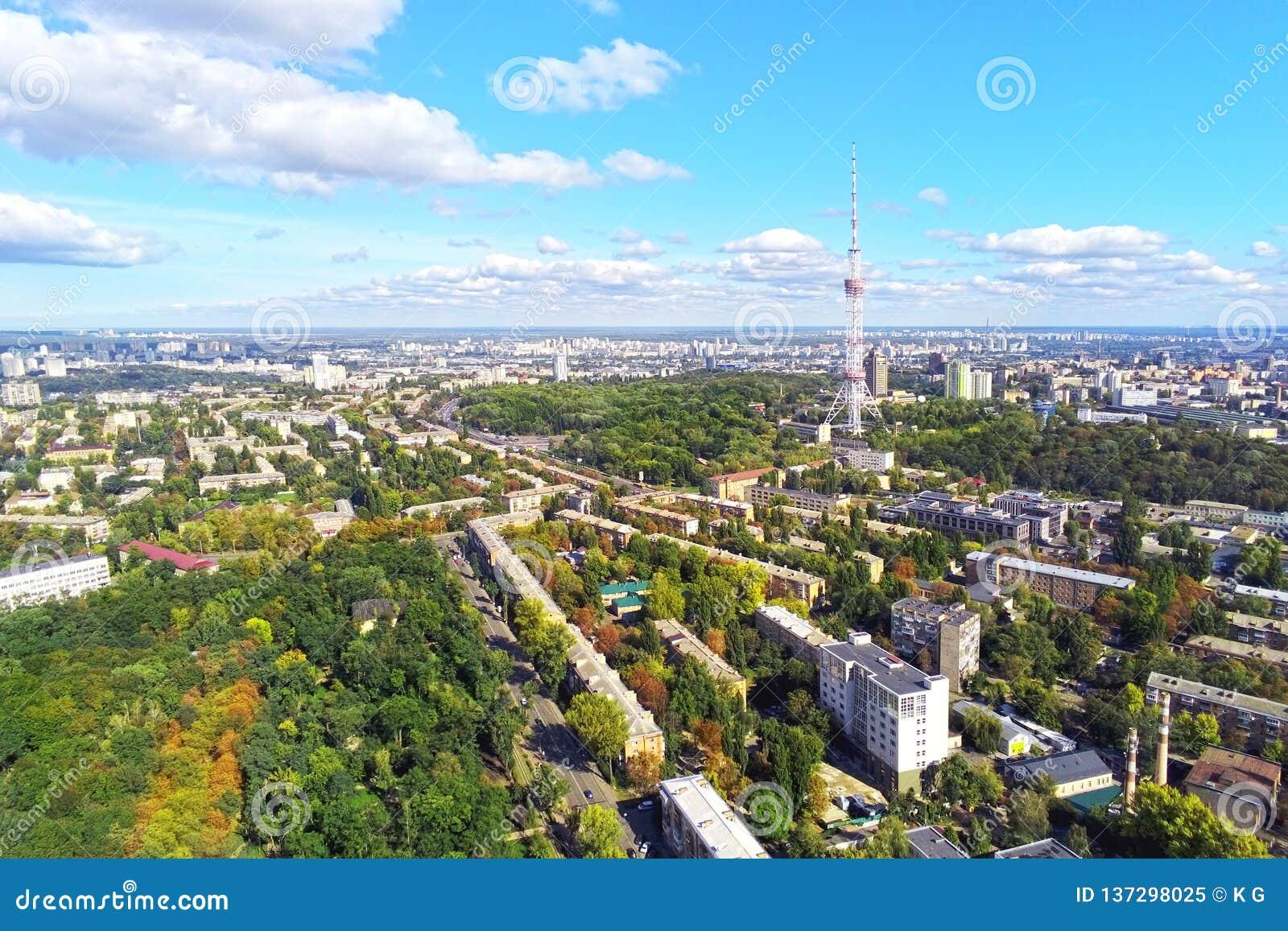 Den flyg- sikten av Kiev stadsgator med parkerar, och höjdpunkten stålsätter TVtornet mot dag för om för blå himmel ljus solig