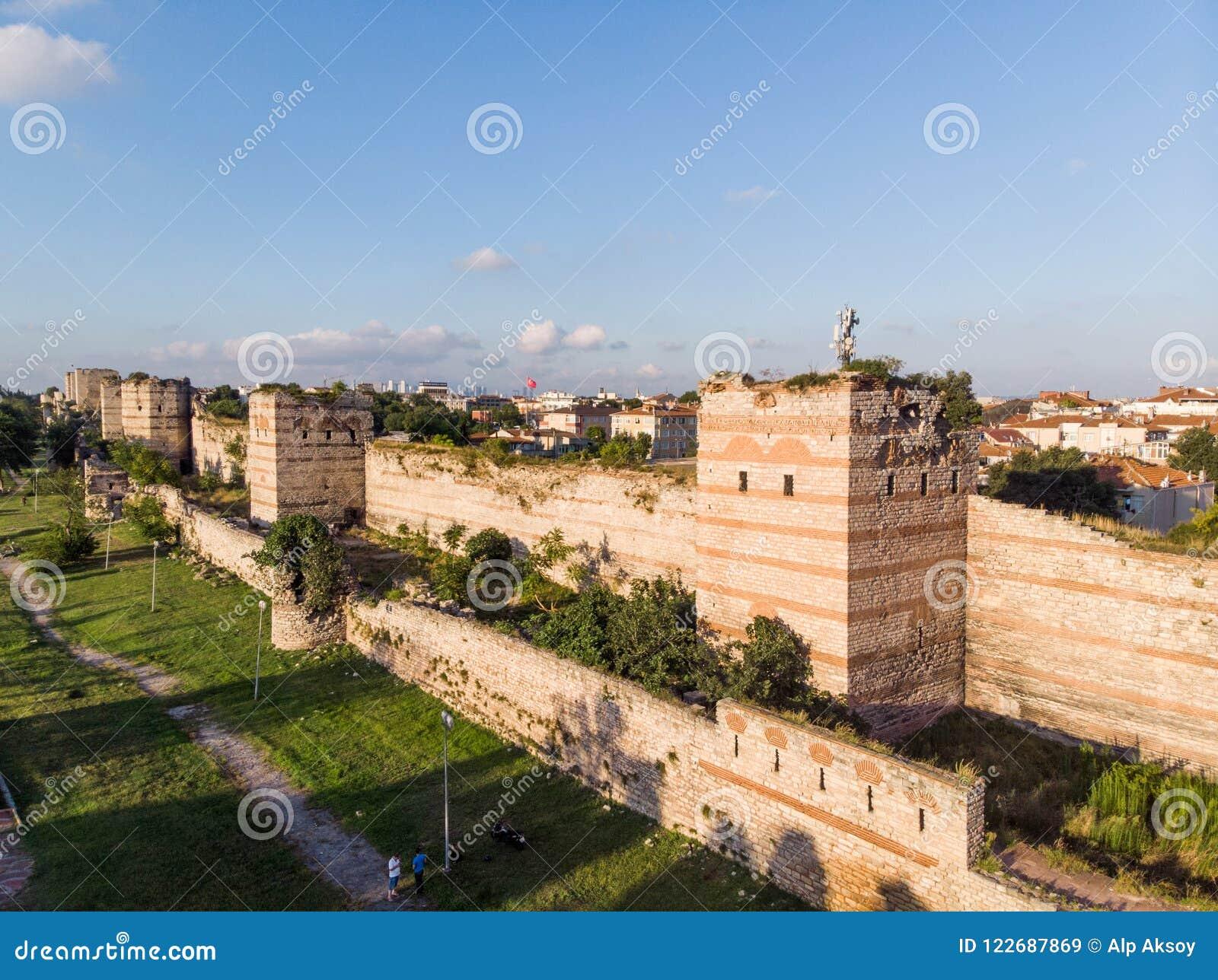 Den flyg- surrsikten av forntida väggar för Constantinople ` s i Istanbul/den bysantinska Constantinople ingången är hängiven til