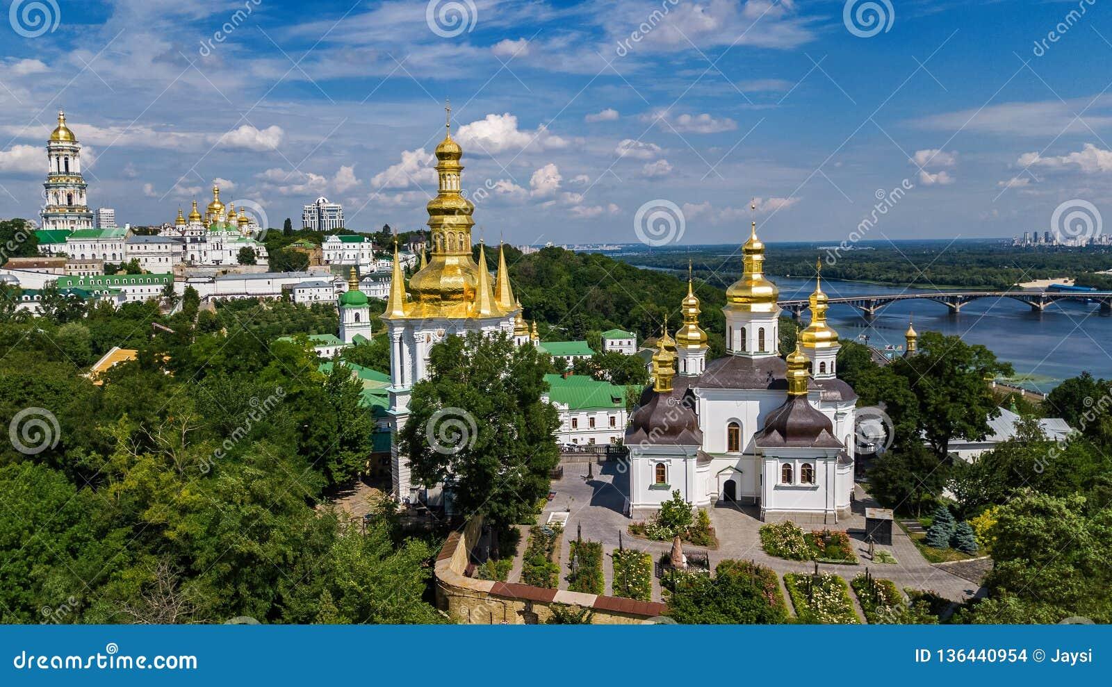 Den flyg- surrsikten av Kiev Pechersk Lavra kyrktar på kullar från ovannämnt, cityscape av den Kyiv staden, Ukraina
