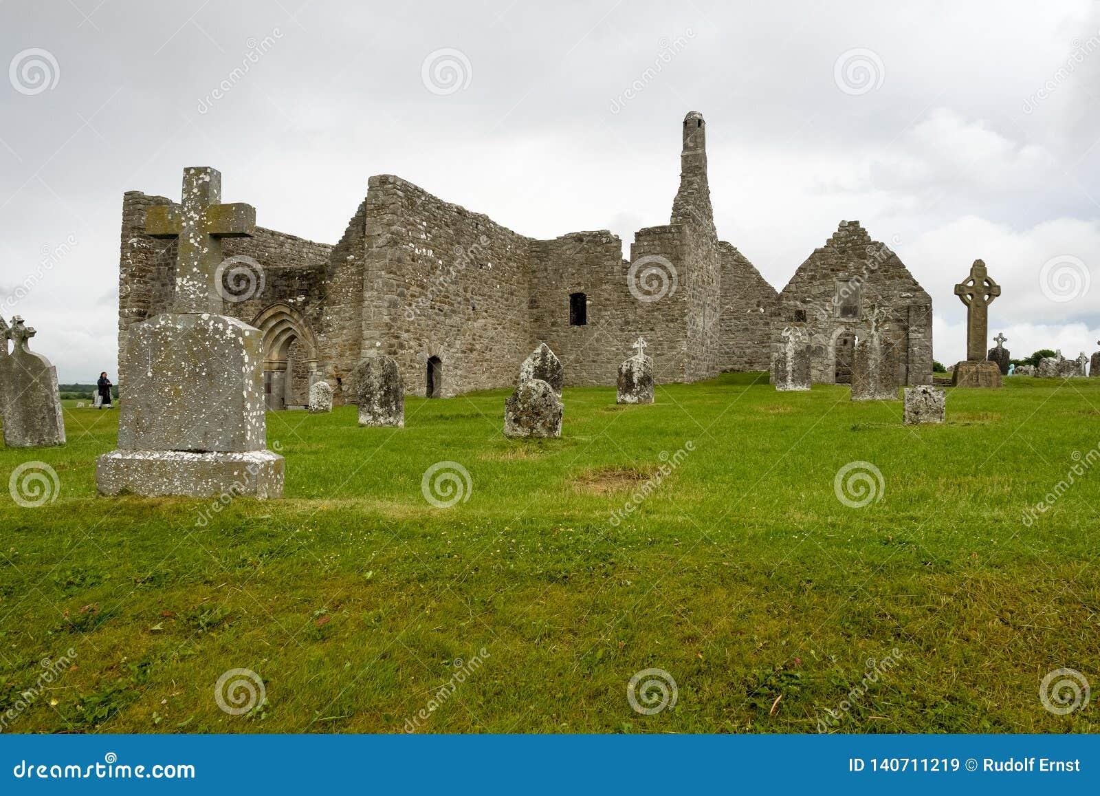 Den forntida kloster- staden av Clonmacnoise i Irland