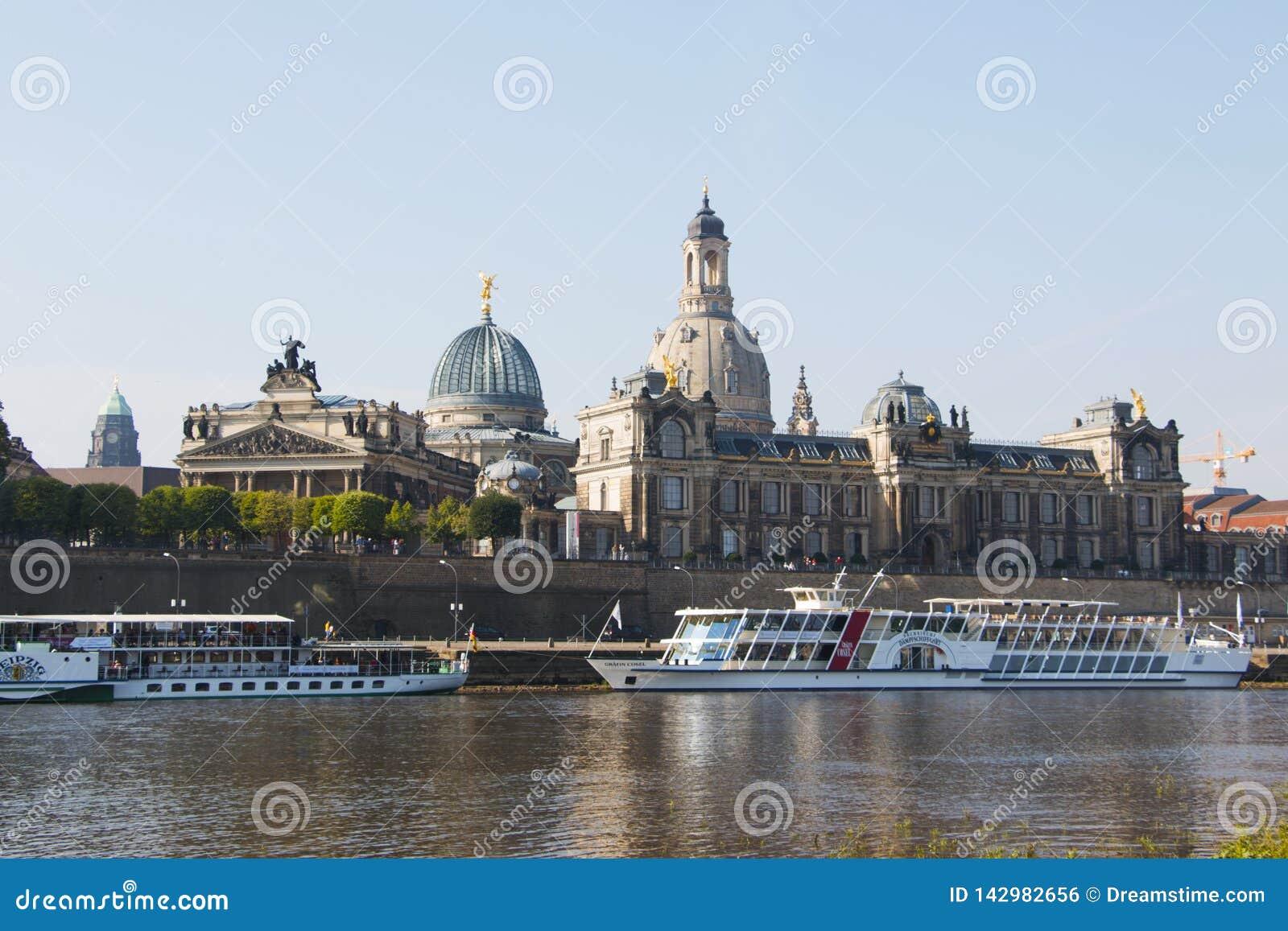 Den forntida staden av Dresden, Tyskland underbar liggande