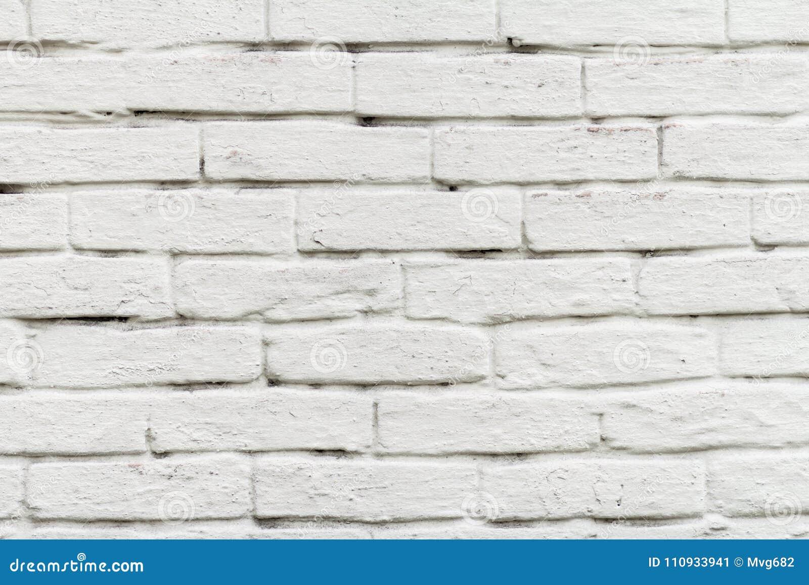 Den främre sikten av tegelstenväggen målade i vit