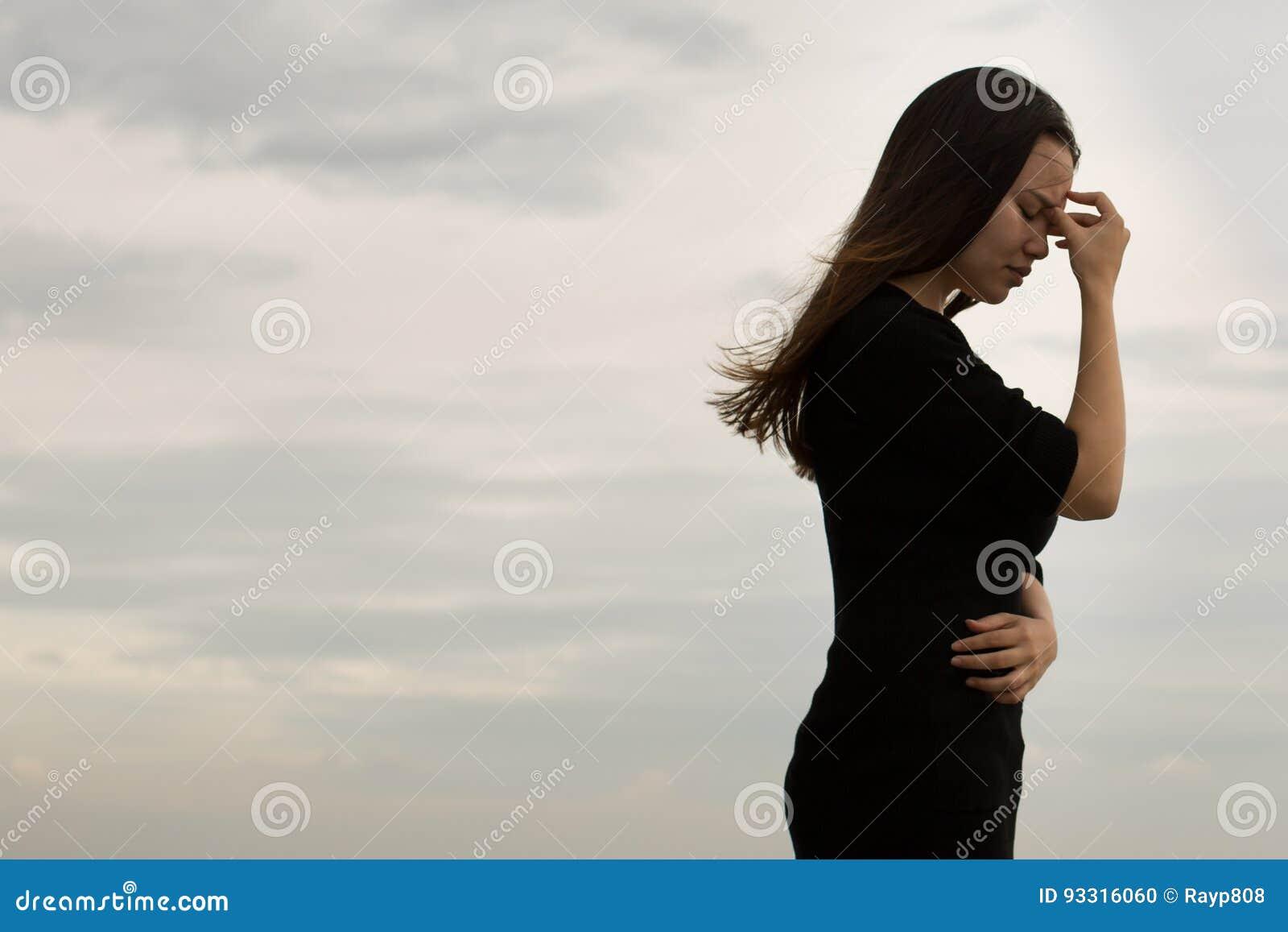 Den frustrerade kvinnan går bort frustrerat
