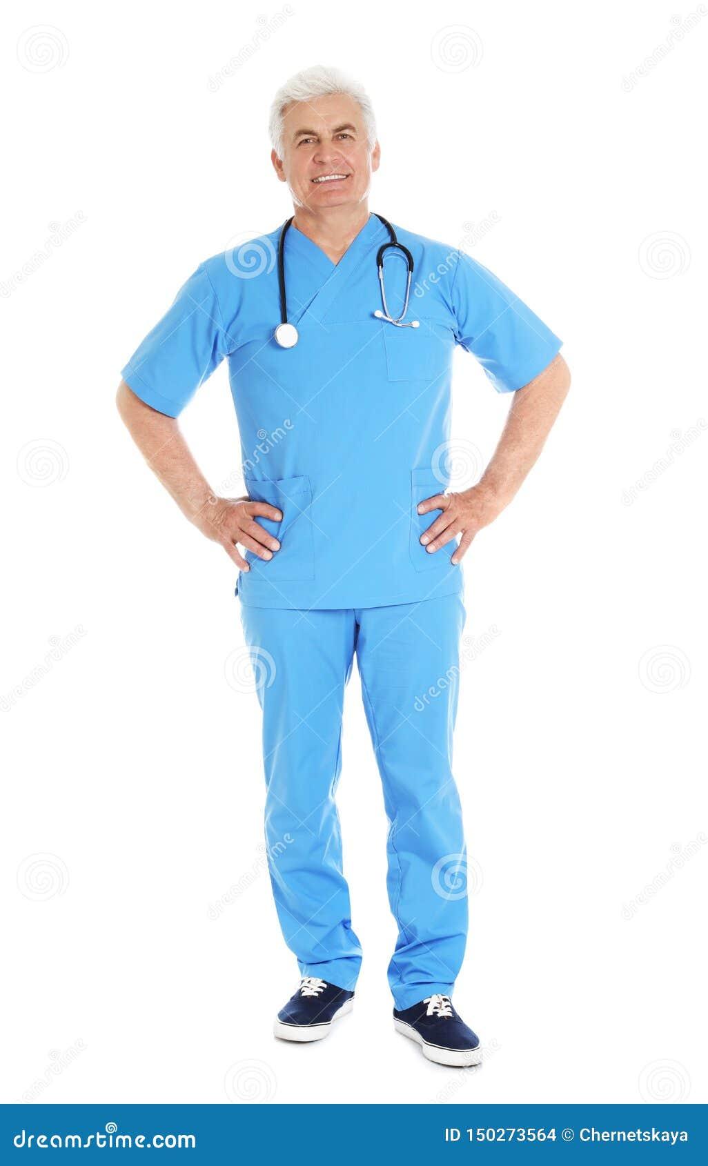Den fulla längdståenden av den manliga doktorn skurar in med stetoskopet som isoleras på vit