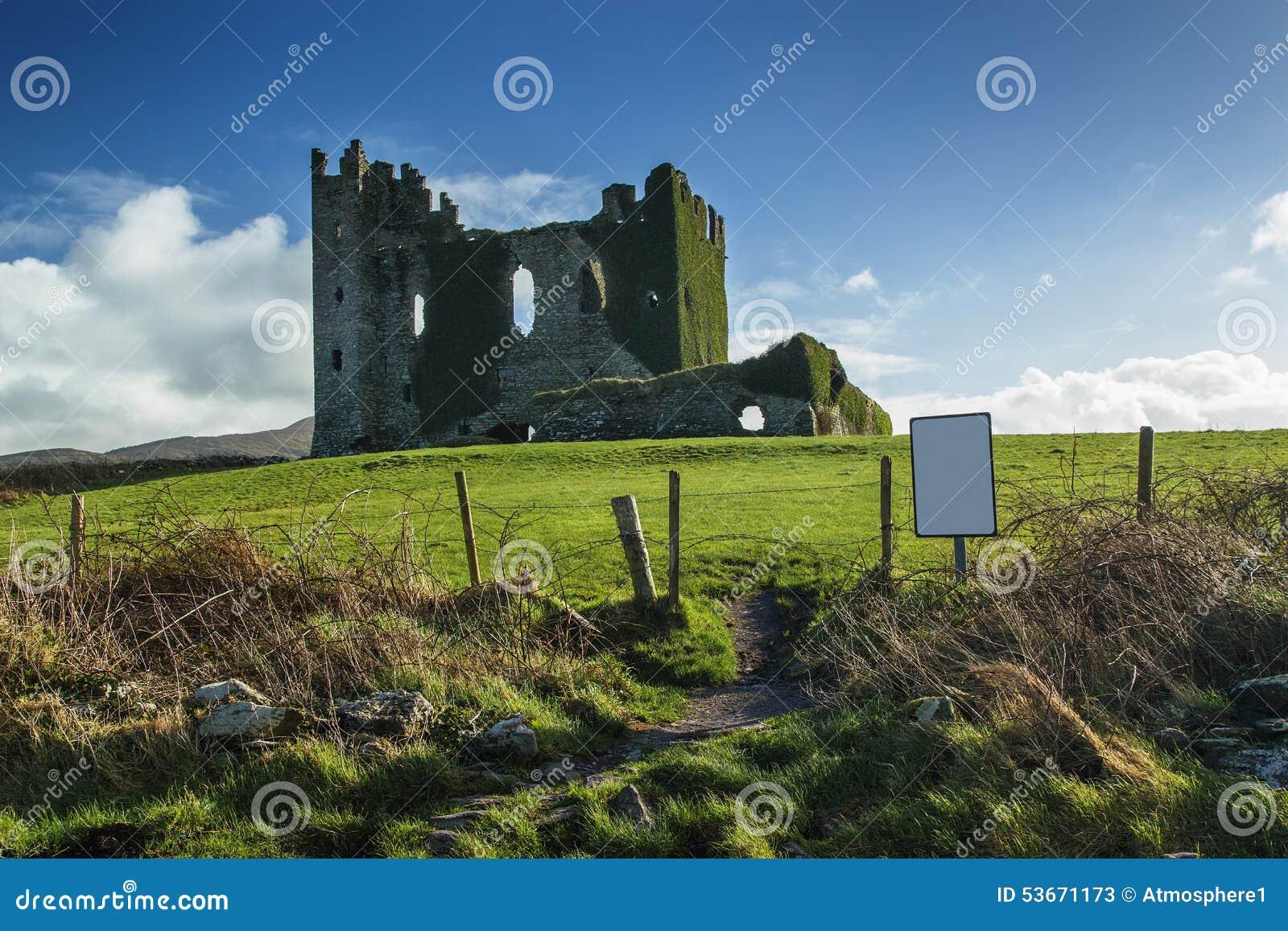 Den gamla irländska slotten fördärvar i en solig dag under middag