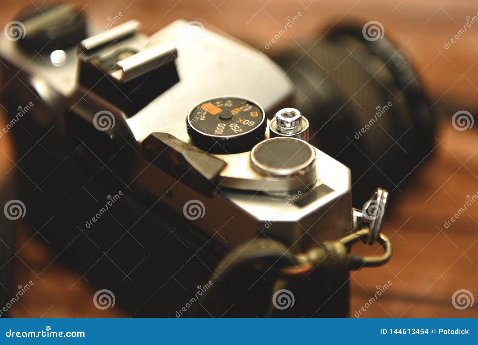 Den gamla kameran med försilvrar järnmaterial