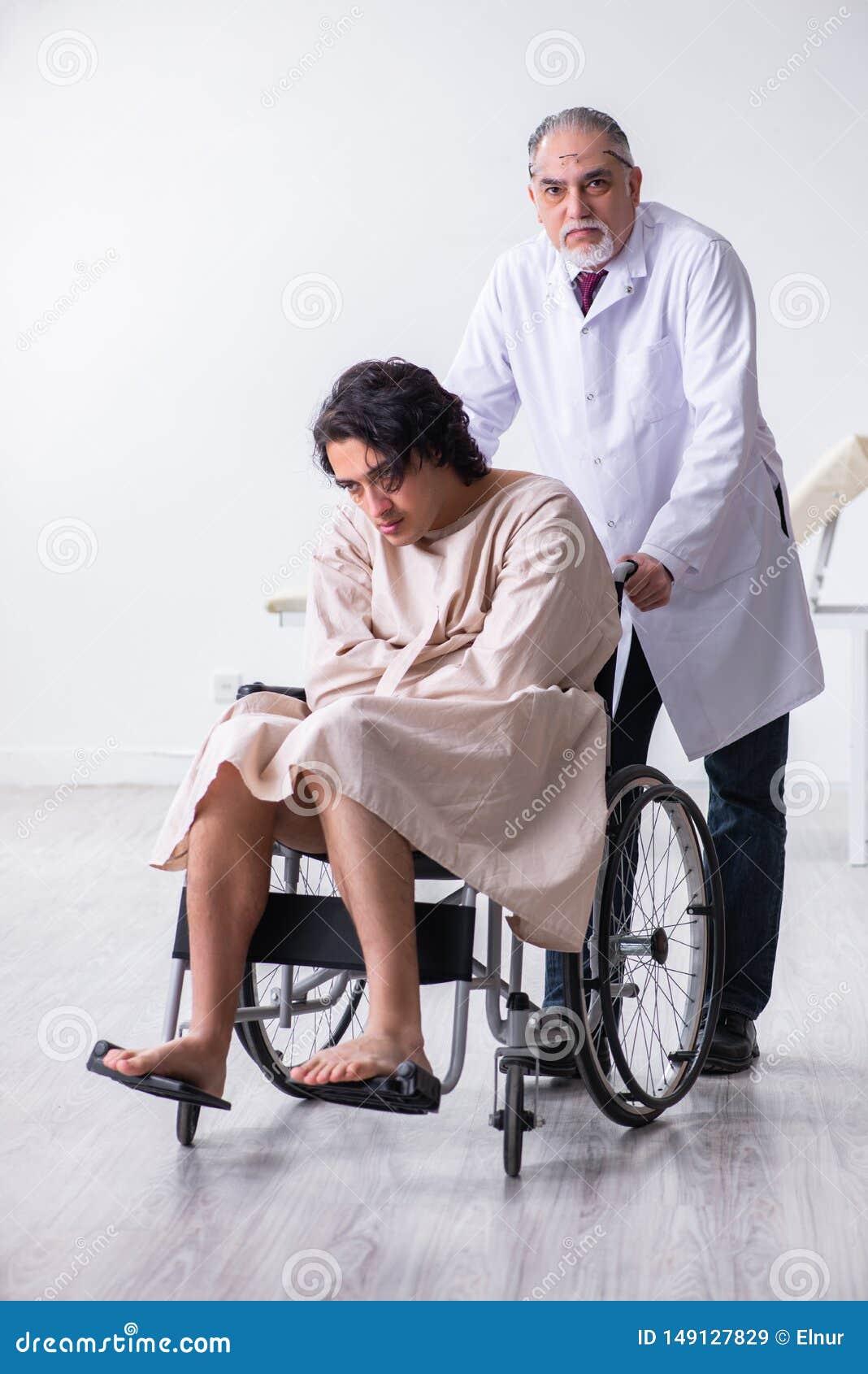 Den gamla manliga doktorspsykiatern och patienten i hjul-stol