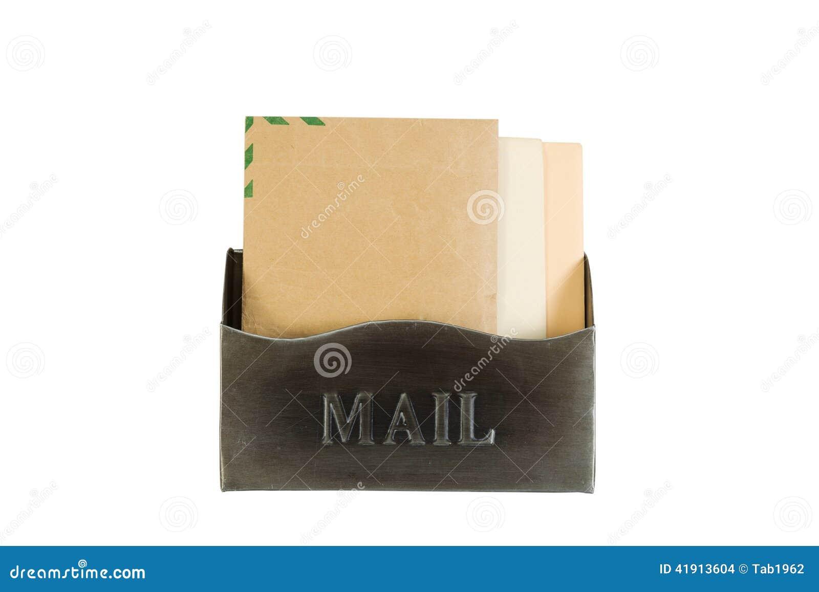 Den gamla metallbrevlådan fyllde med kuvert på vit