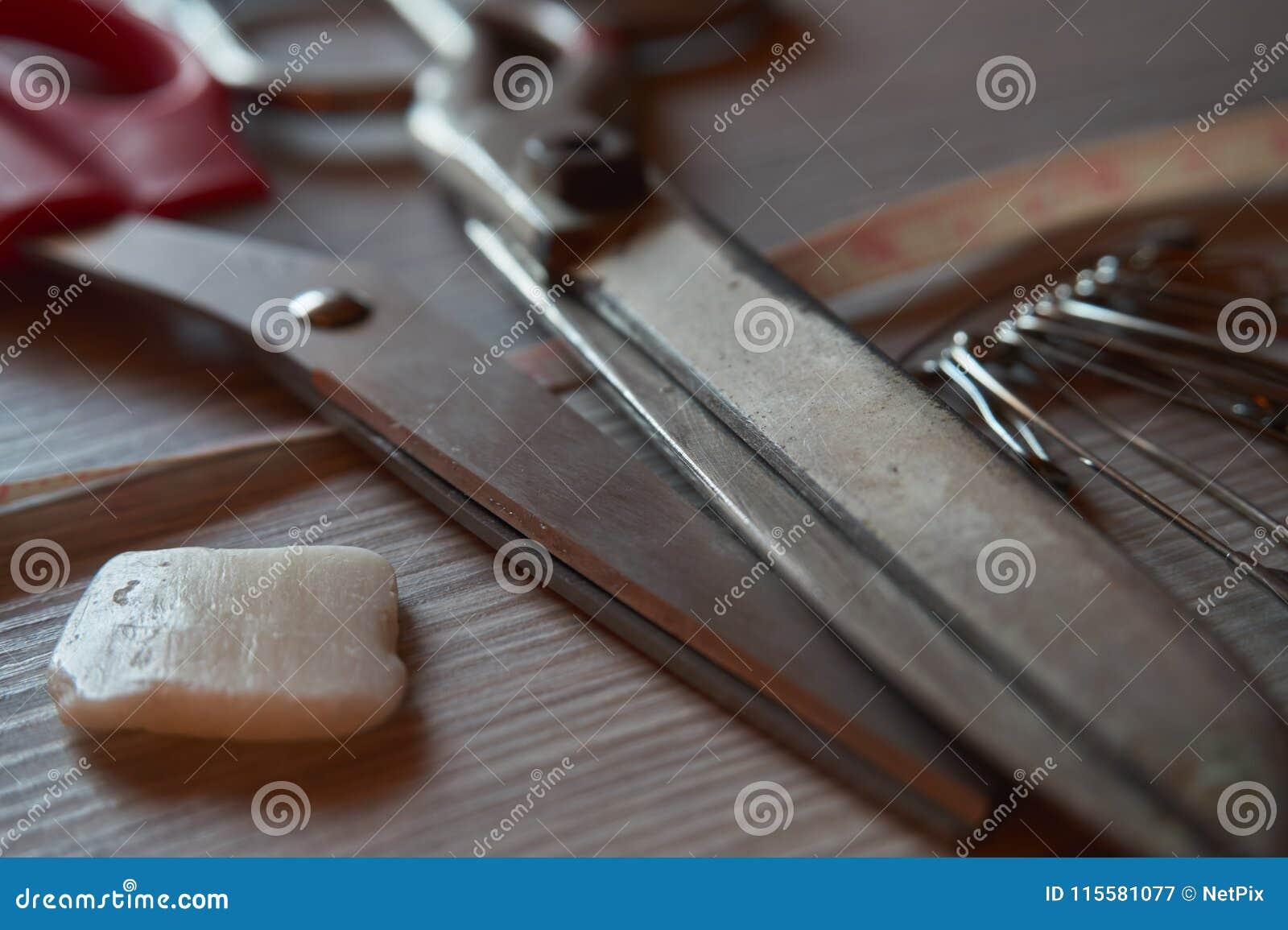 Den gamla metallsaxen, krita, säkerhetsnålar och skräddaremåttet tejpar nolla