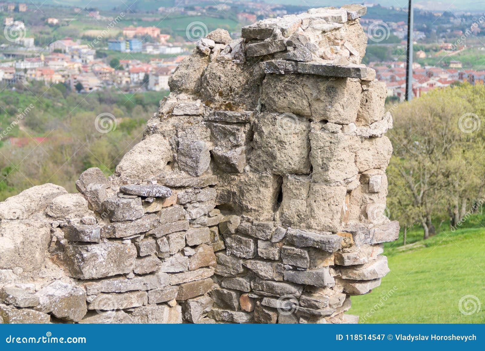 Den gamla stenväggen, det gamla förstörda huset, landskap av det gamla förstörda huset, stenar huset