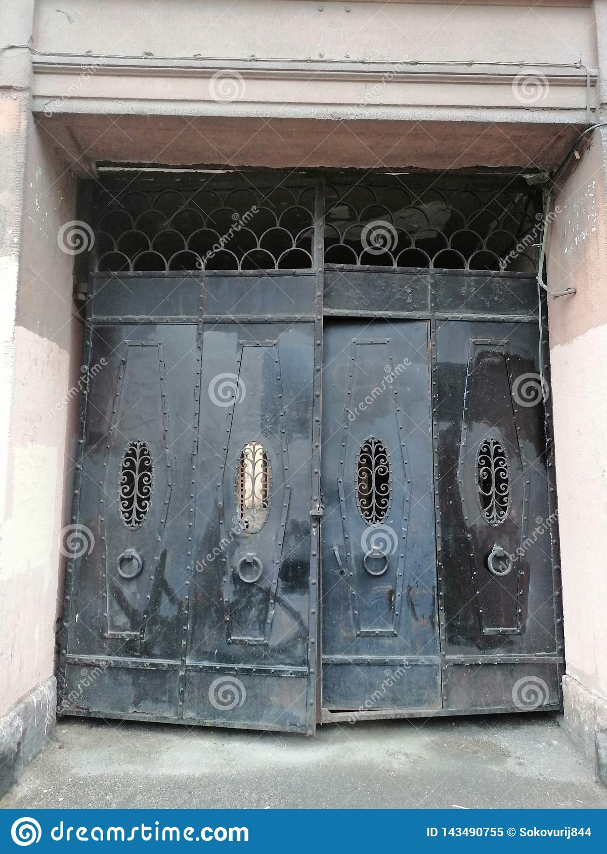 Den gamla svarta porten in i gården