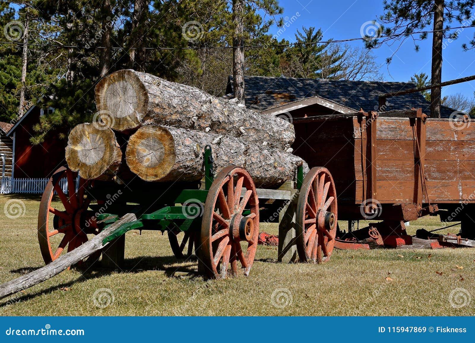 Den gamla trähjulsläpet laddade med enorma journaler