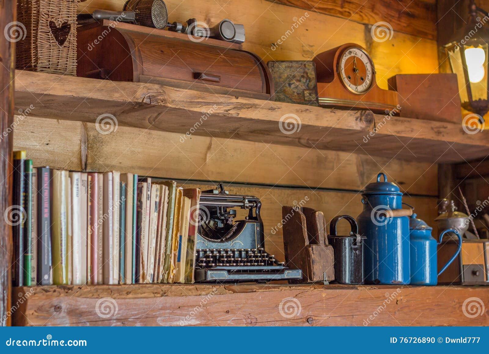 Den gamla trähyllan med tidskrifter och antikviteten anmärker