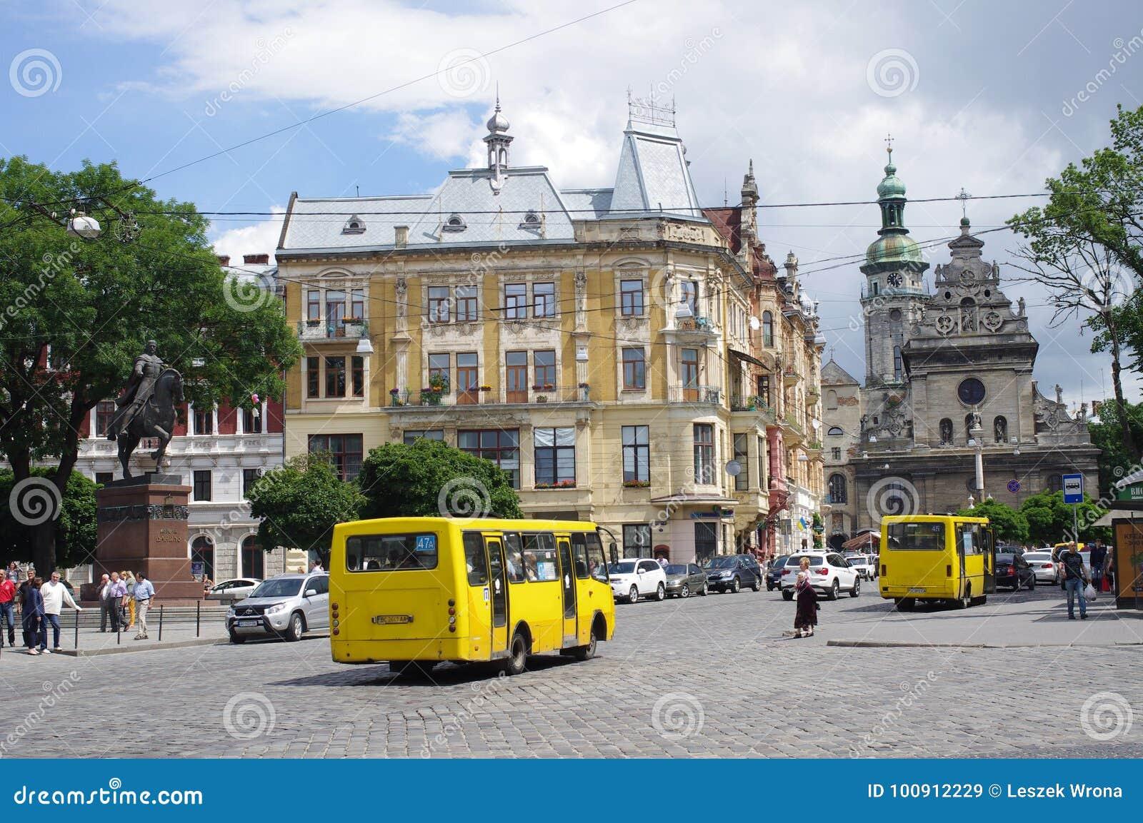 Den gula kortkortet bussar på gatorna av Lviv i Ukraina