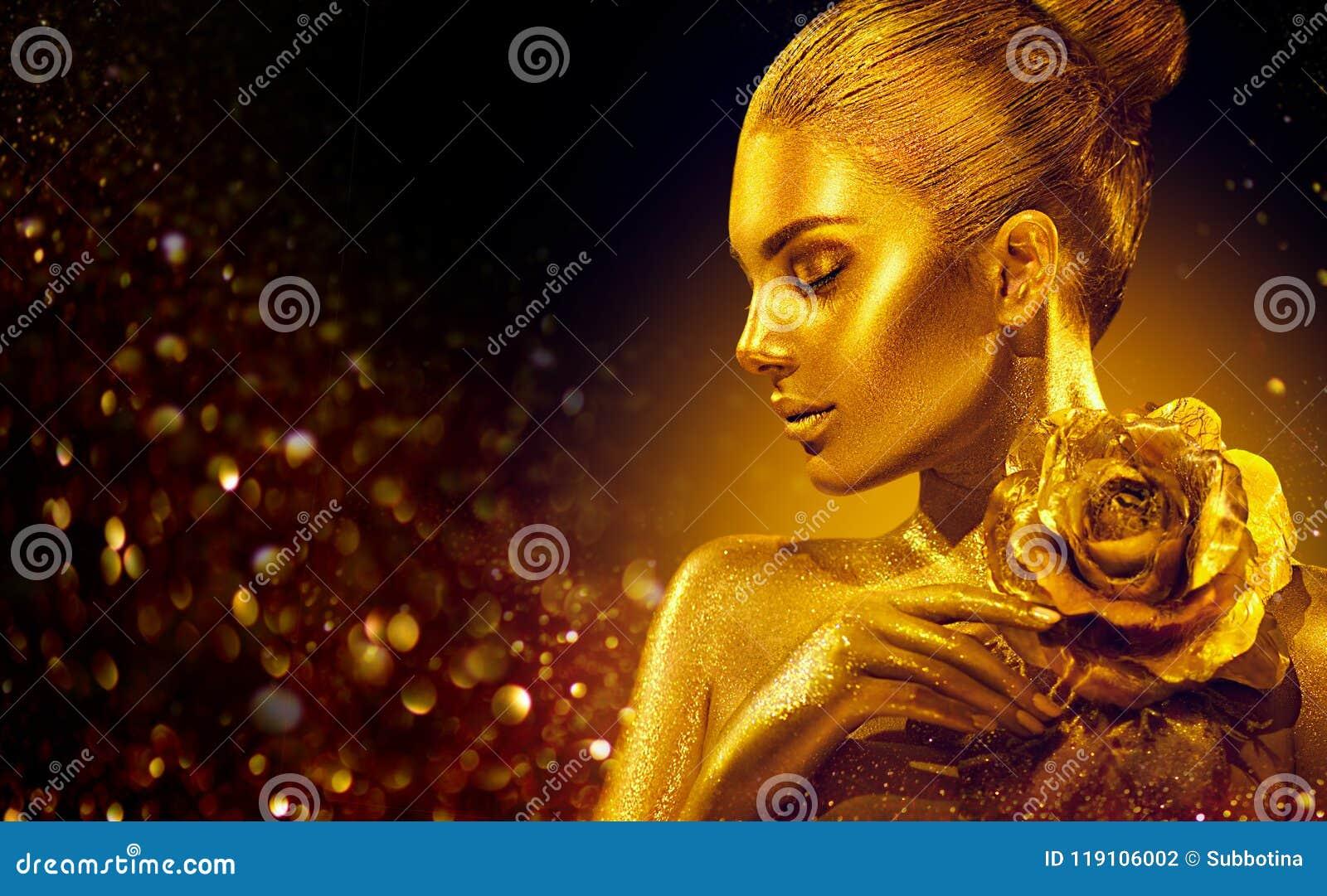 Den guld- hudkvinnan med steg Mode Art Portrait Modellera flickan med makeup för guld- glamour för ferie skinande yrkesmässig