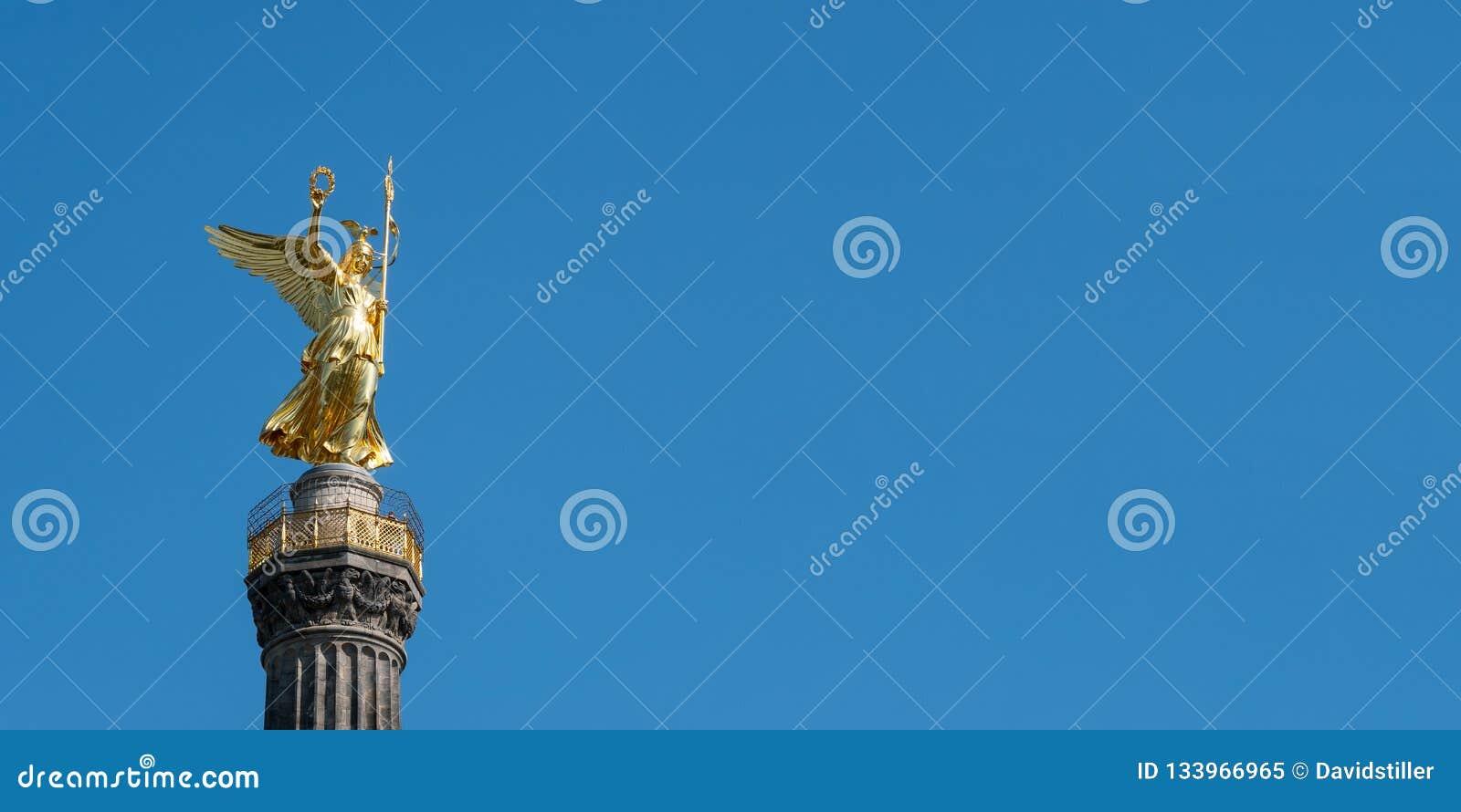 Den guld- statyn av Victoria On Top av Victory Column i Berlin, Tyskland