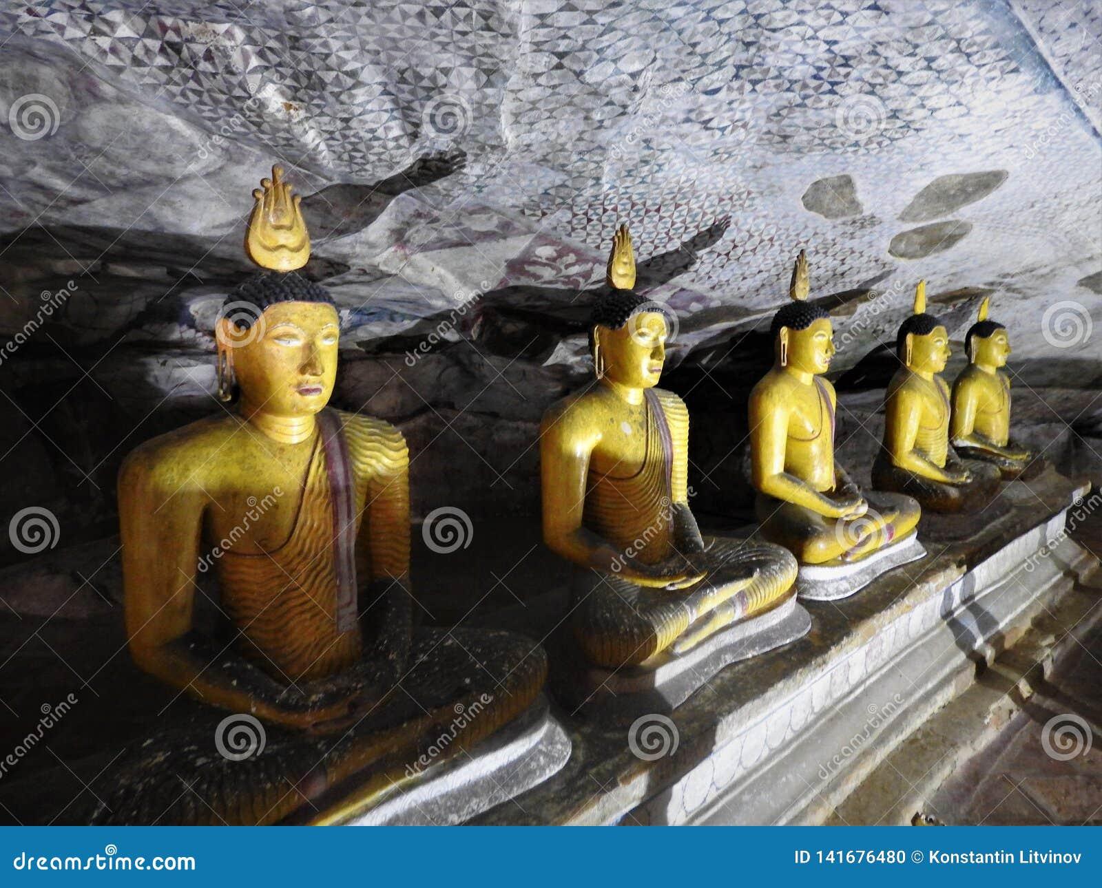 Den guld- templet av Dambulla är världsarvet och har en slutsumma av en slutsumma av 153 Buddhastatyer, tre statyer av srilankesi